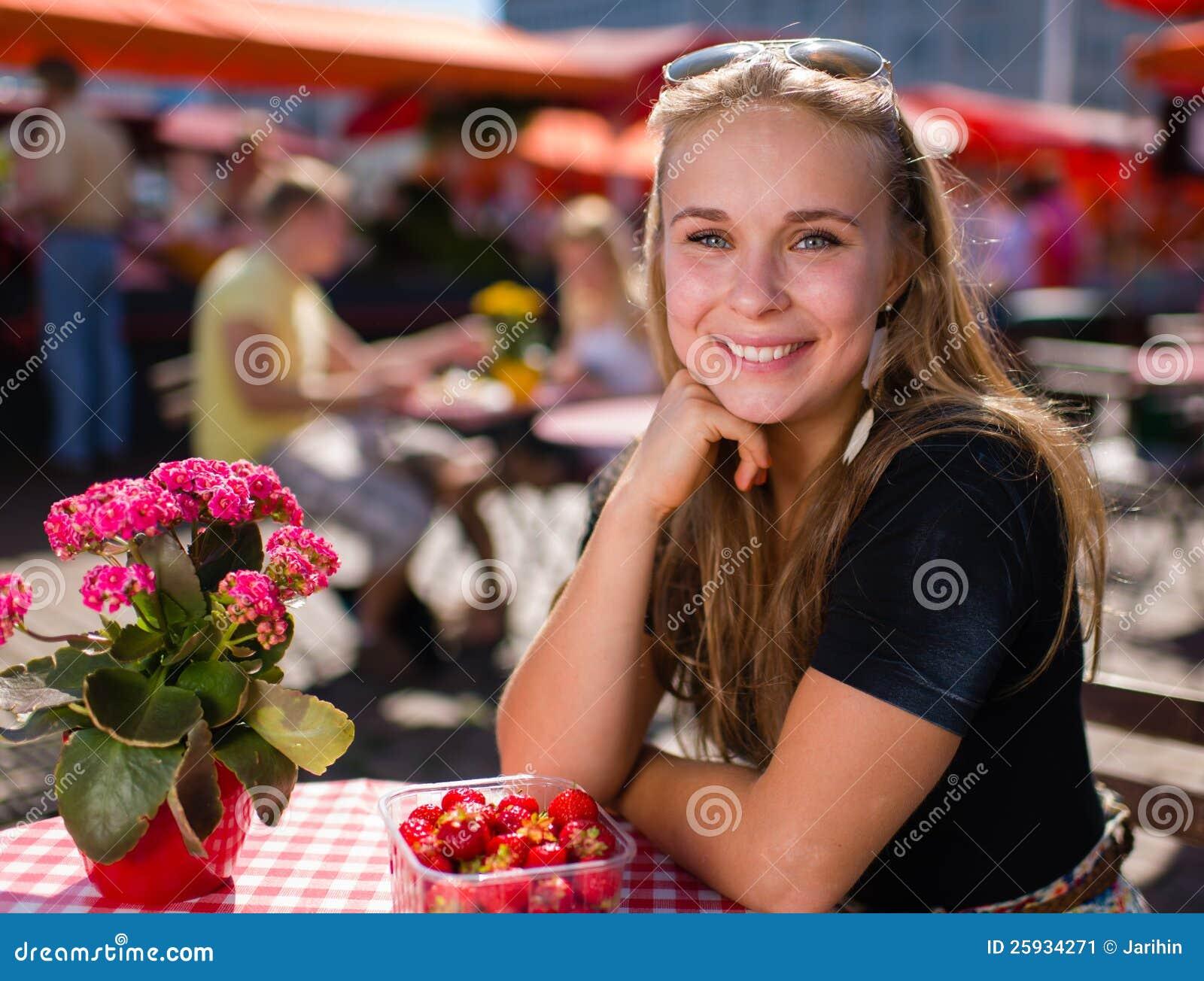 Menina no café do mercado