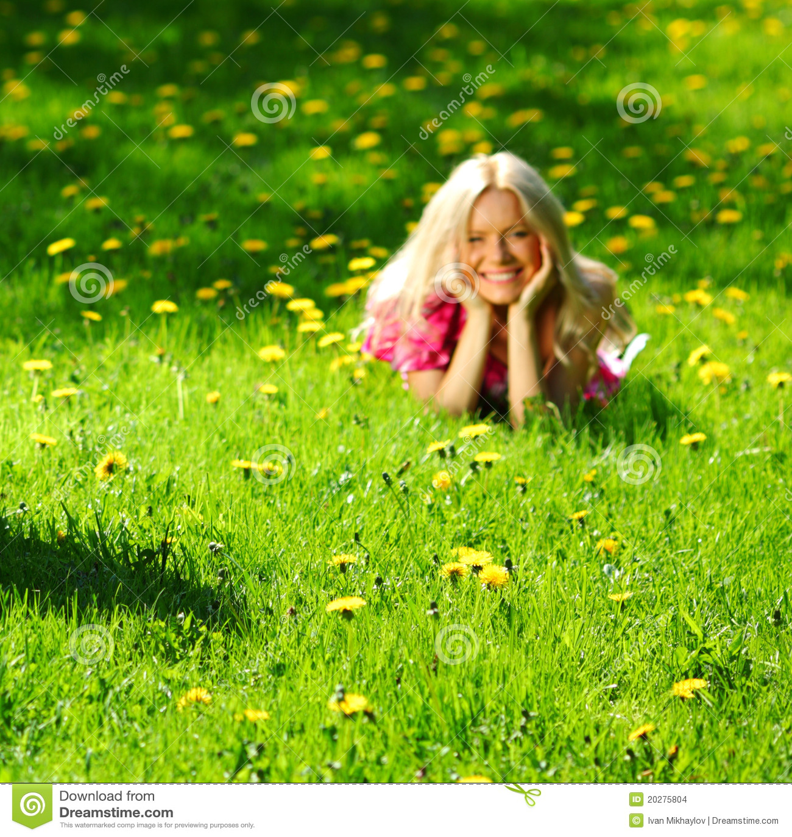 Menina no campo do dente-de-leão