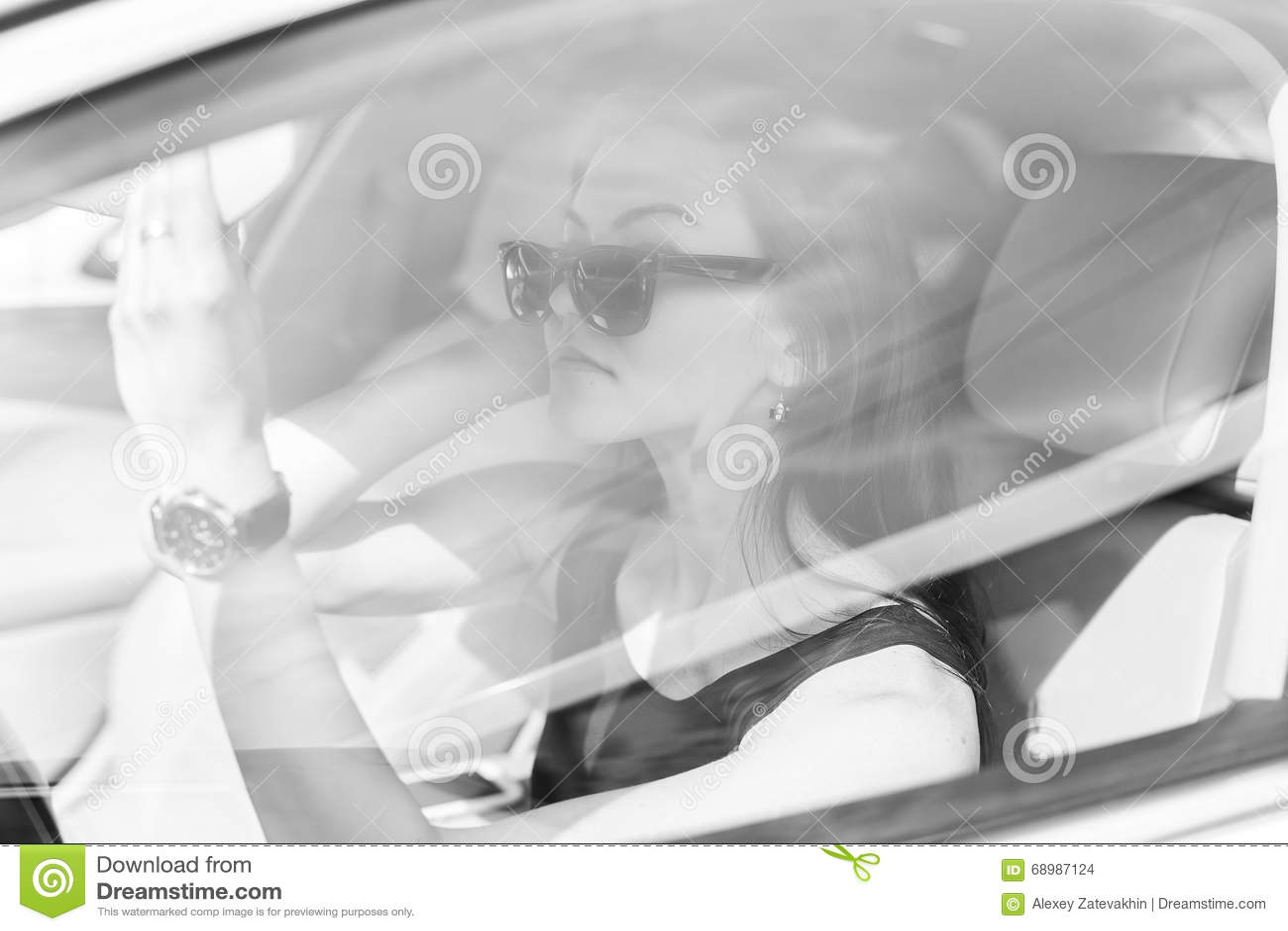 A menina no carro