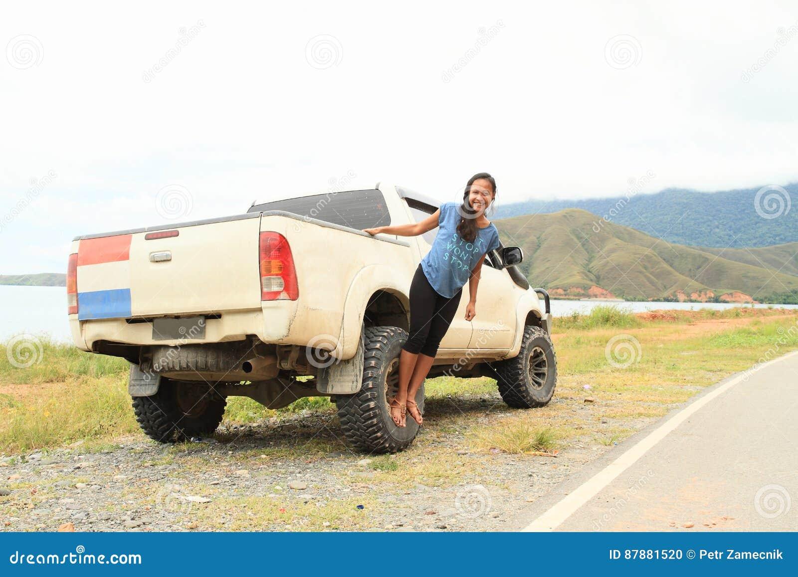 Menina no carro fora de estrada