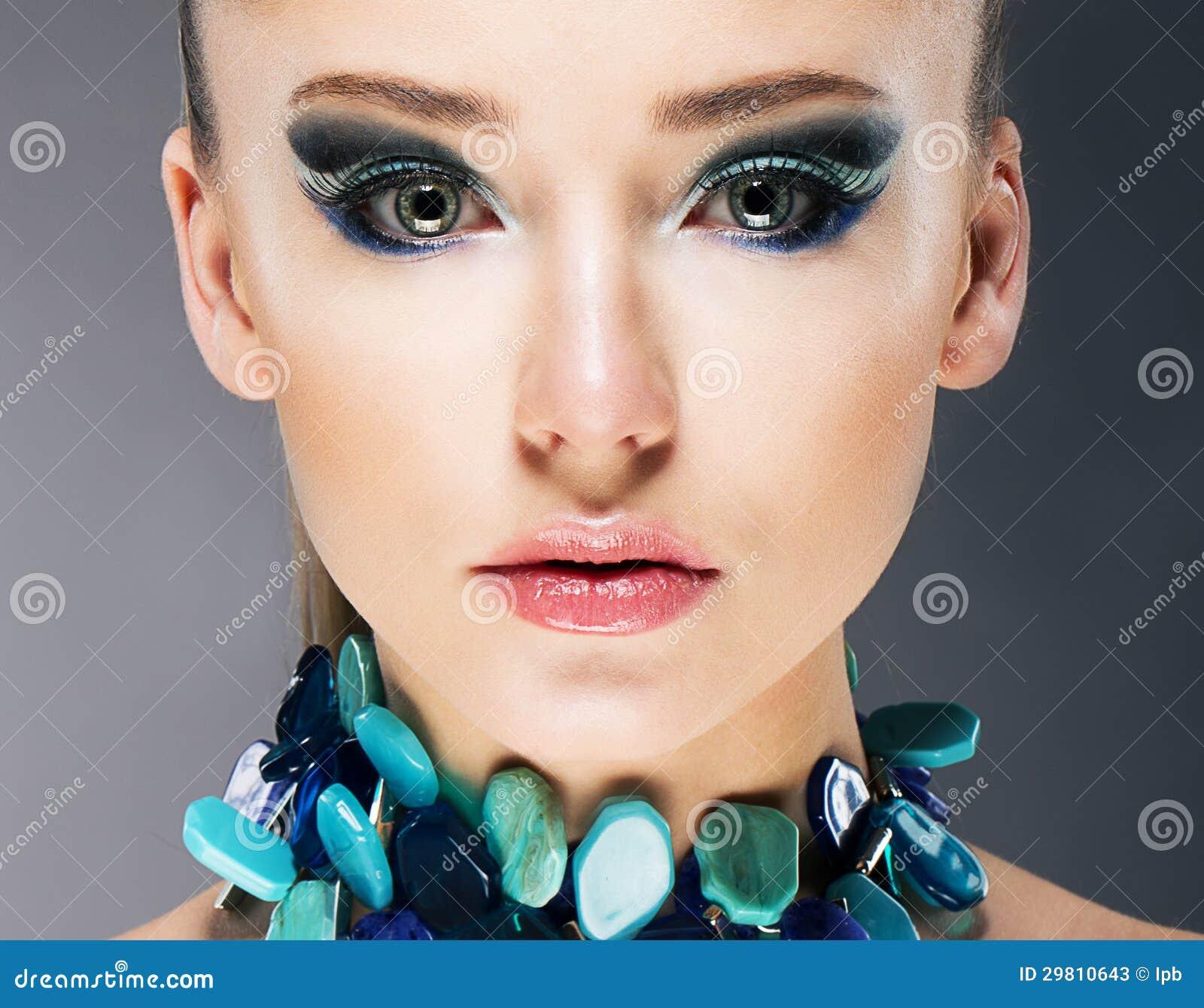 Mulher segura glamoroso no fim Semi precioso da colar de turquesa acima
