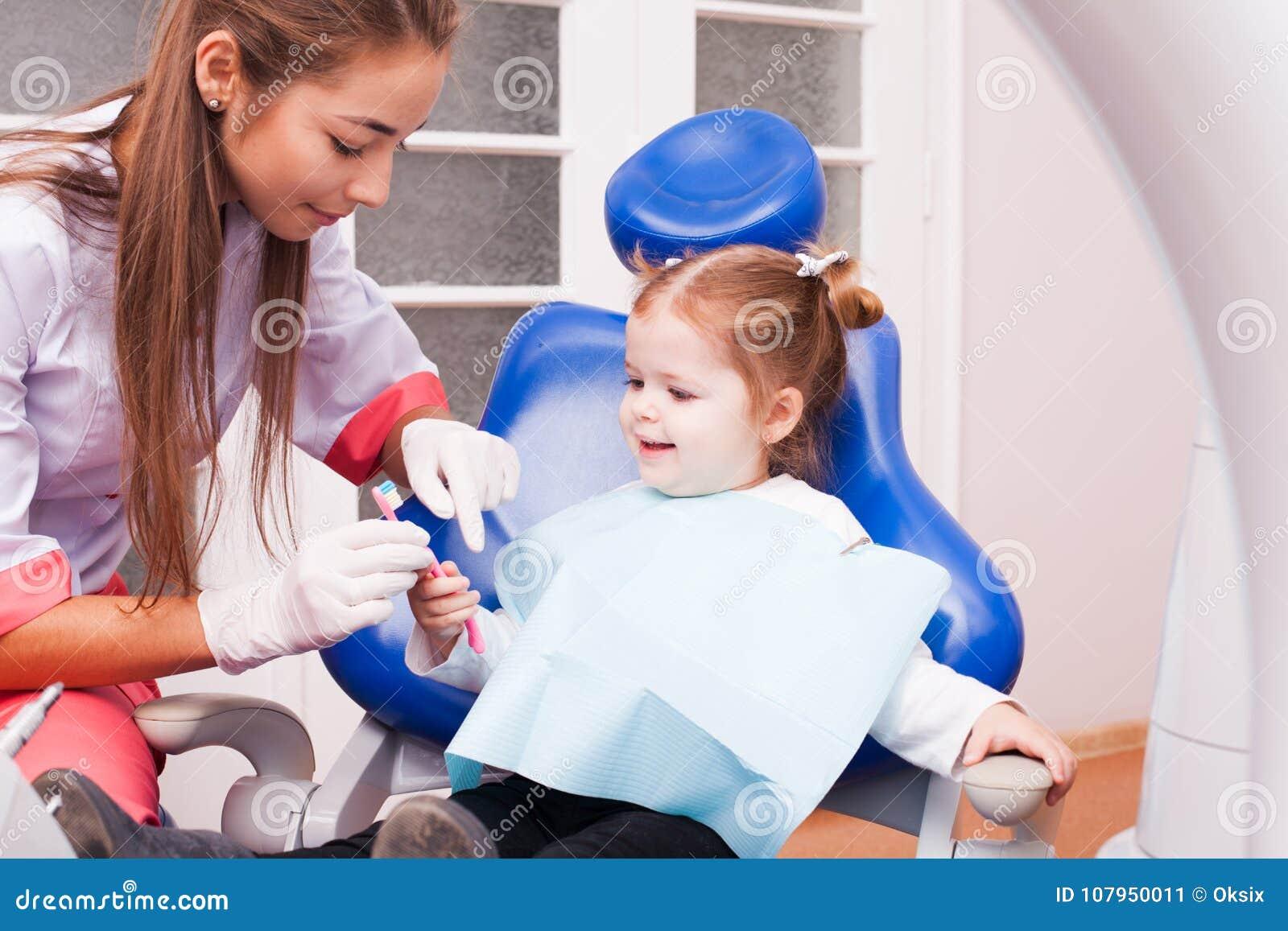 A menina no escritório dental