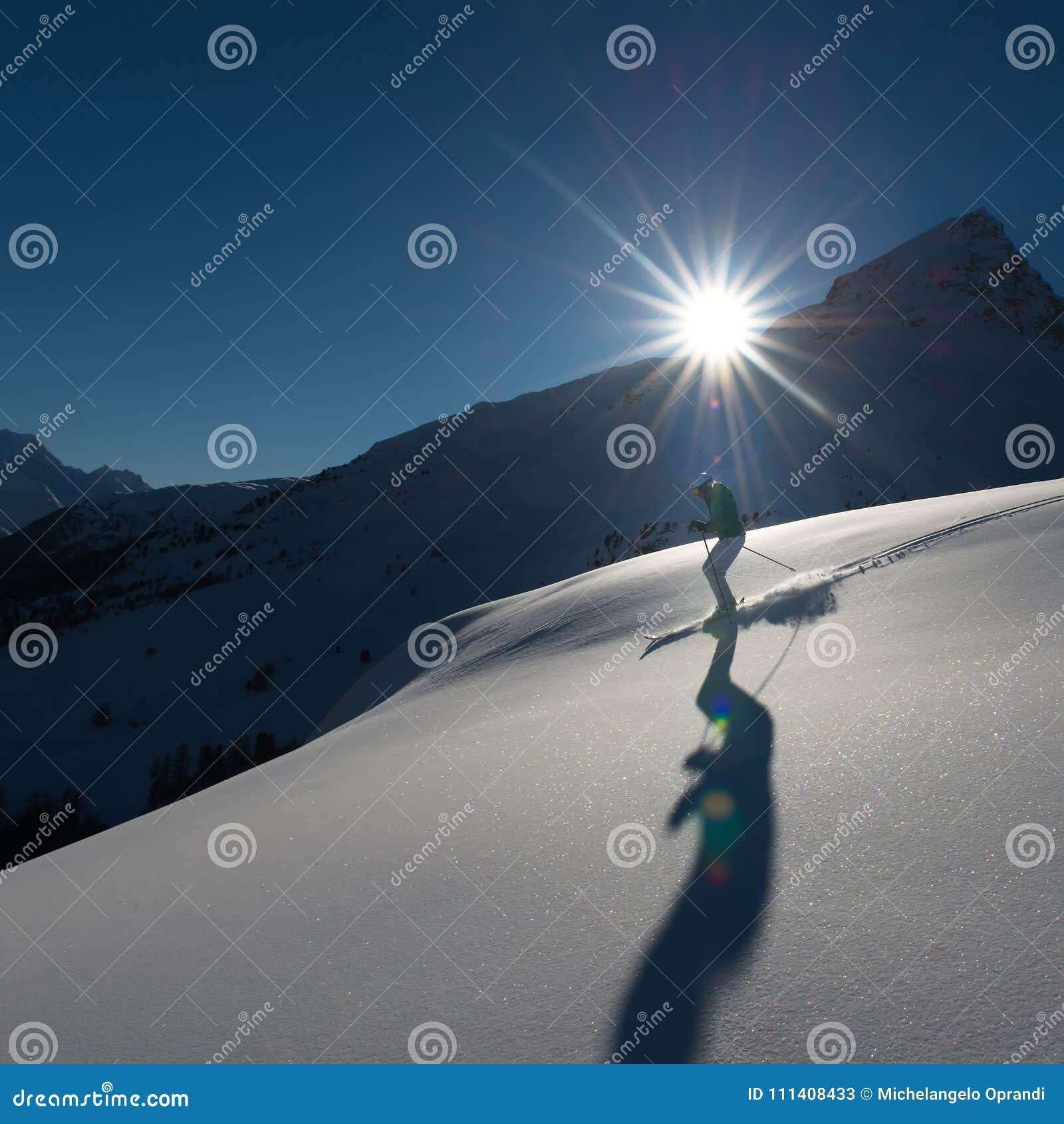Menina no esqui da fora-pista