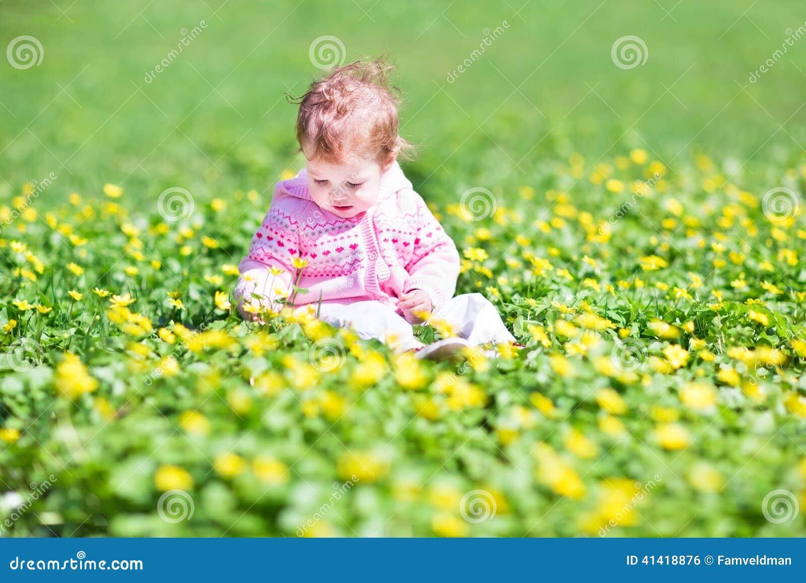 jardim rosas amarelas : jardim rosas amarelas:Little Girl in Garden