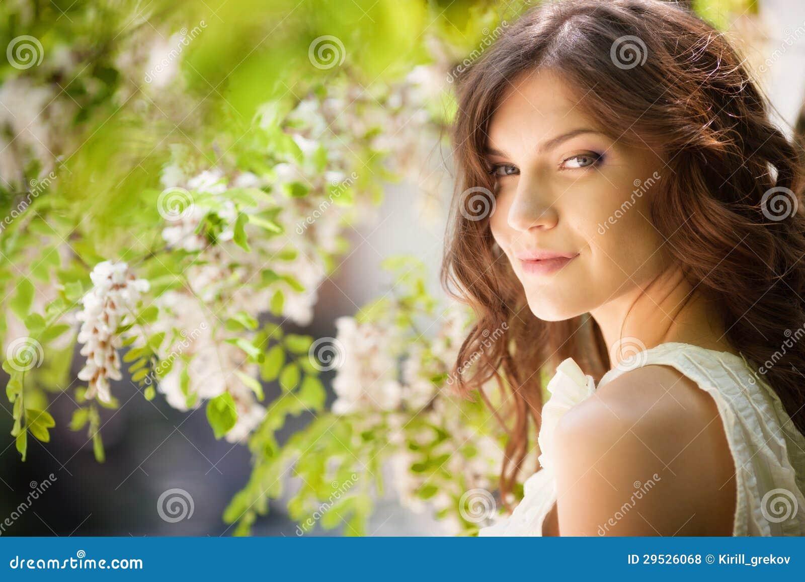 Menina no jardim de florescência