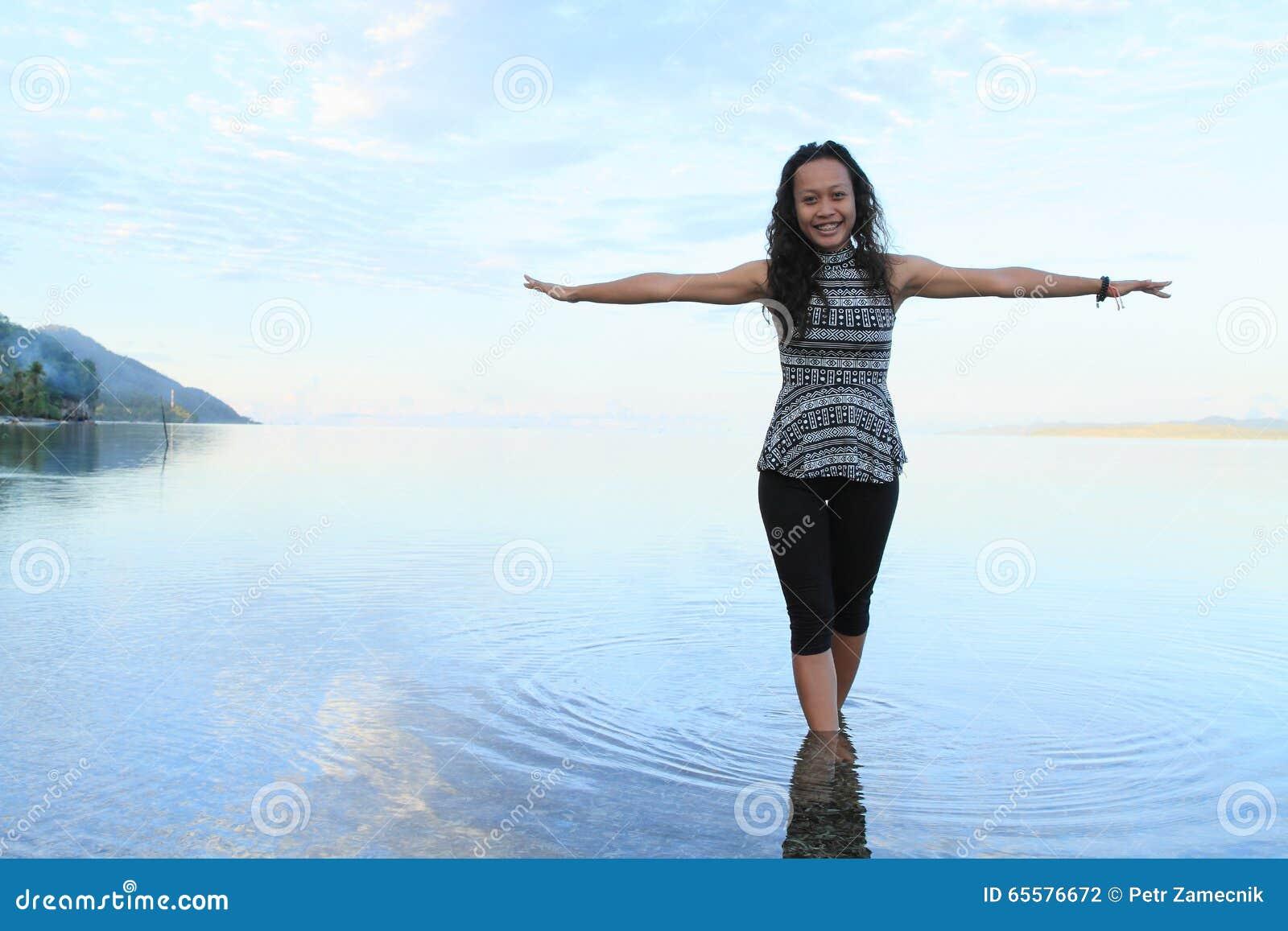 Menina no mar do nascer do sol