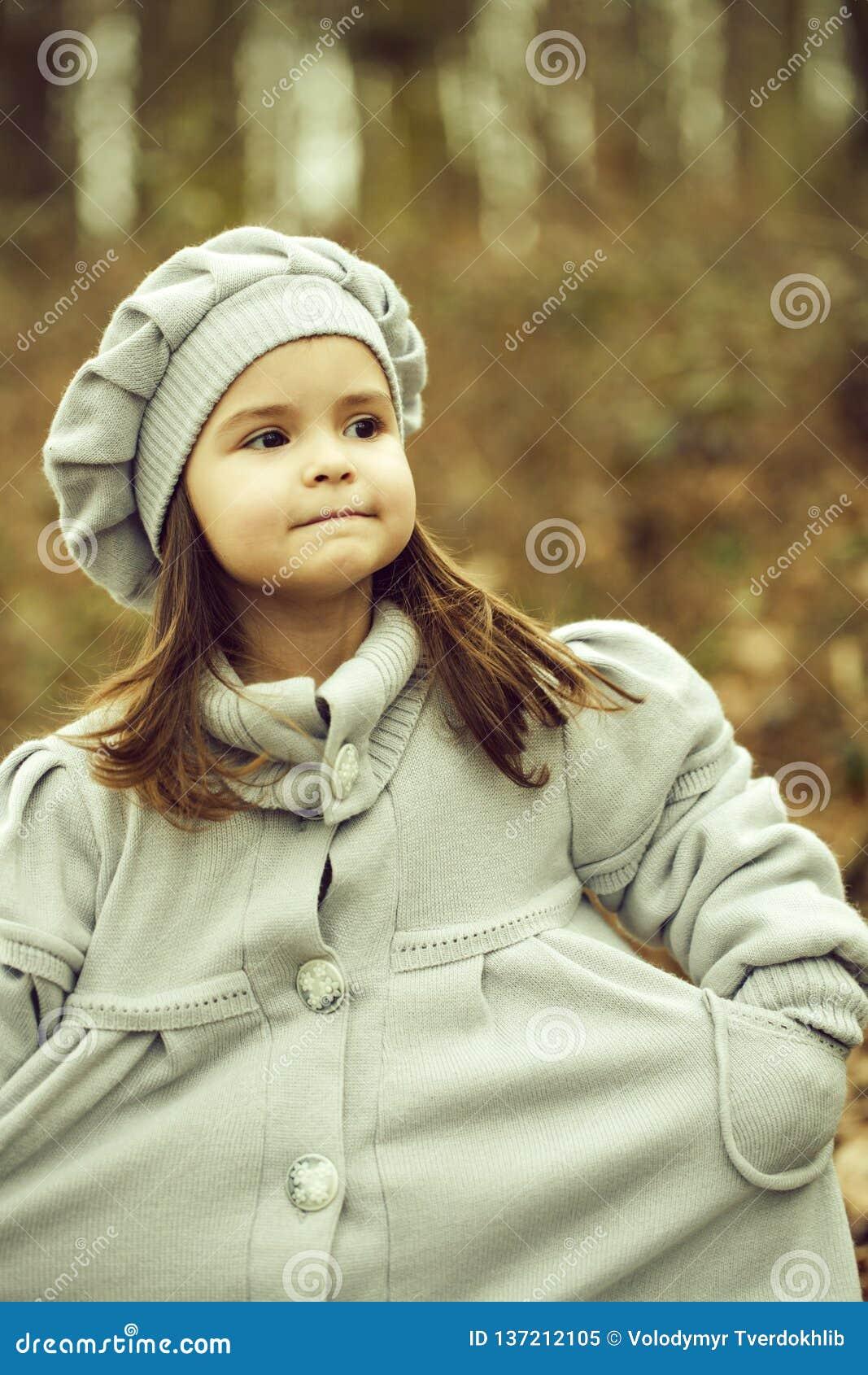 Menina no parque do outono