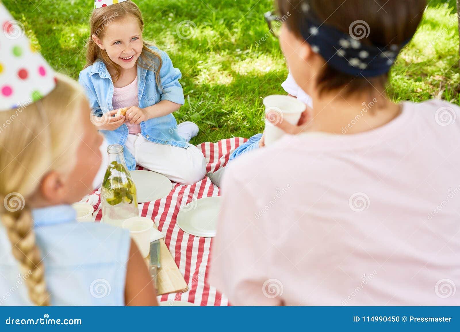 Menina no piquenique
