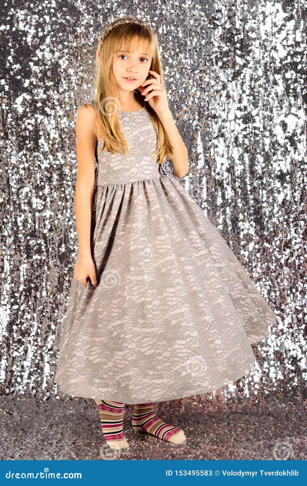 Menina no vestido elegante, baile de finalistas Menina da crian?a no vestido ? moda do encanto, eleg?ncia Modelo de forma na prat
