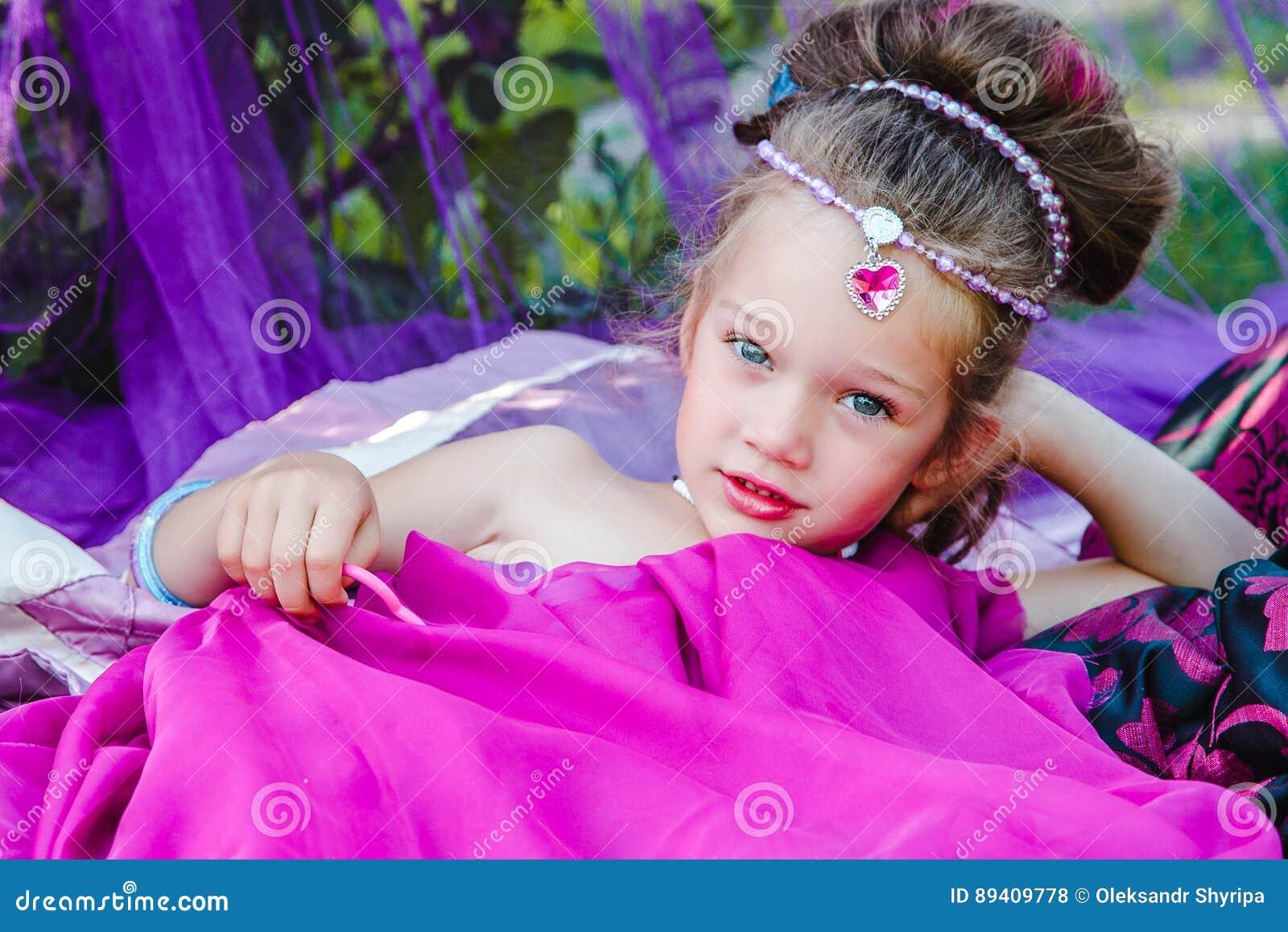 Menina no vestido oriental
