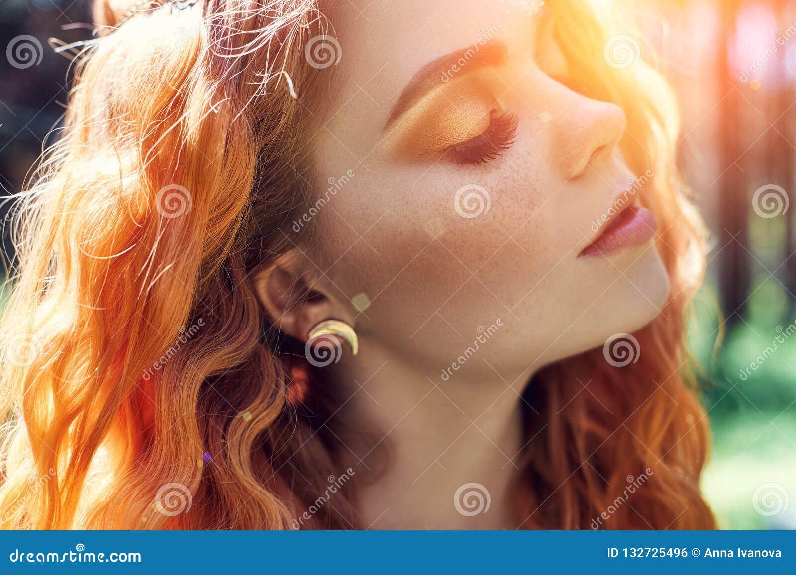Menina norueguesa do ruivo bonito com olhos e as sardas grandes na cara no retrato da floresta do close up da mulher do ruivo na