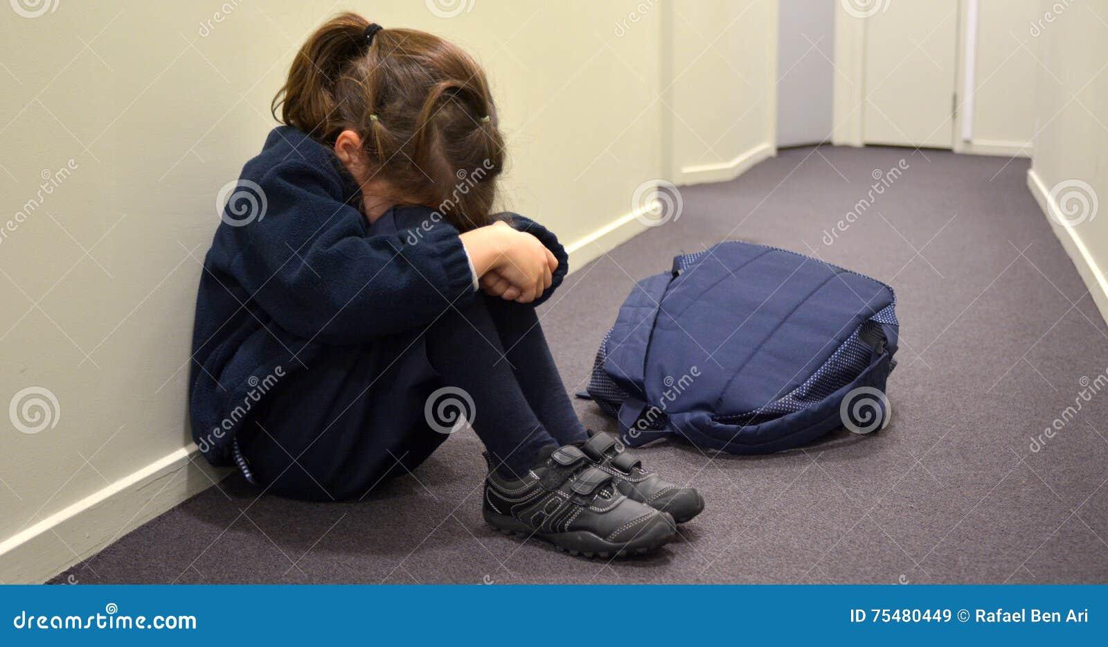 Menina nova triste da escola
