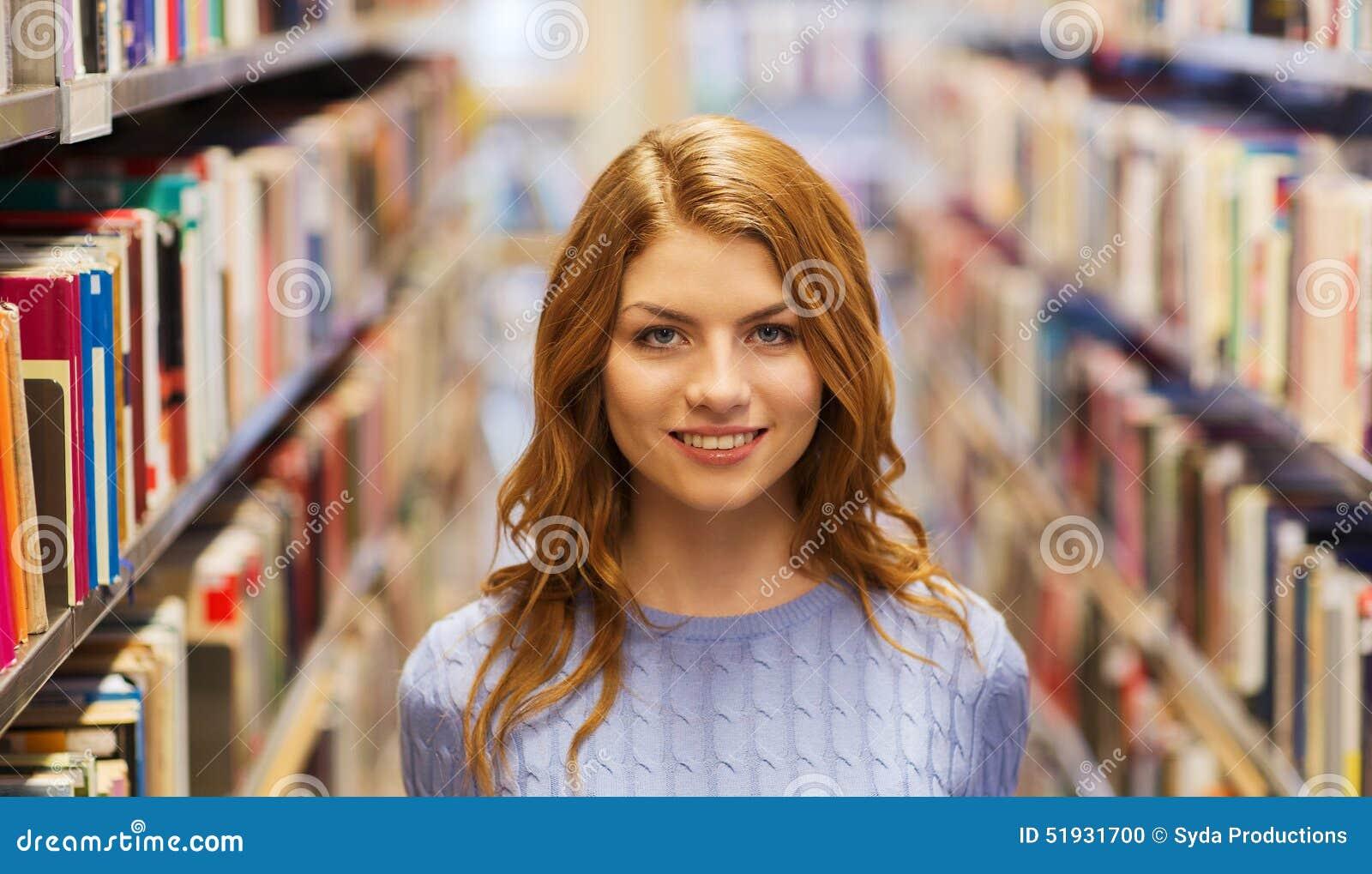 Menina Ou Jovem Mulher Feliz Do Estudante Na Biblioteca Foto De Stock
