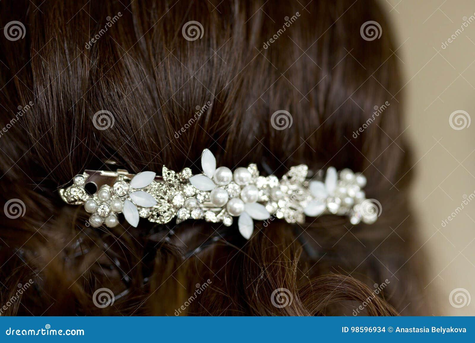 Menina Ou Mulher Com Cabelo Escuro Com Penteado Do Casamento Do Prendedor De Cabelo Com Cristais