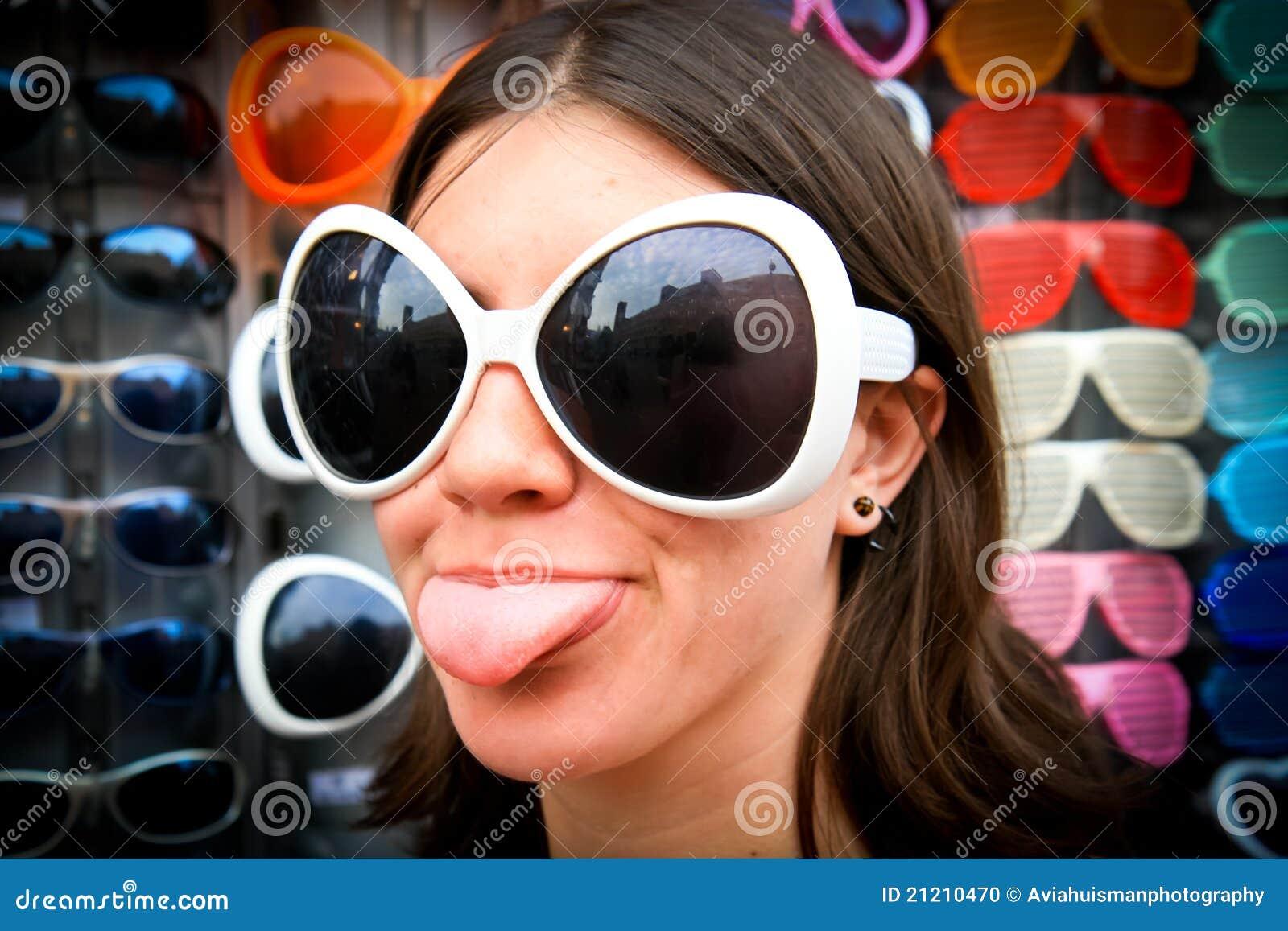Menina parva nos óculos de sol