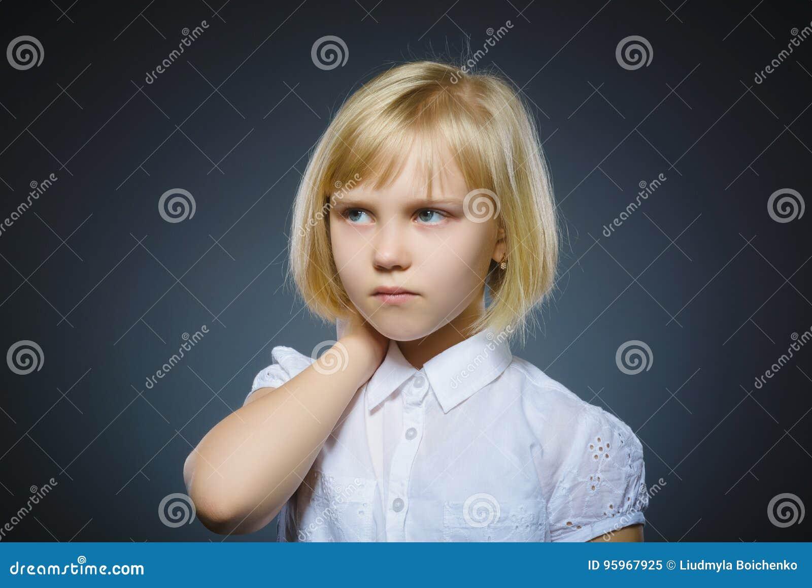Menina pensativa do close up com mão na cabeça isolada no cinza