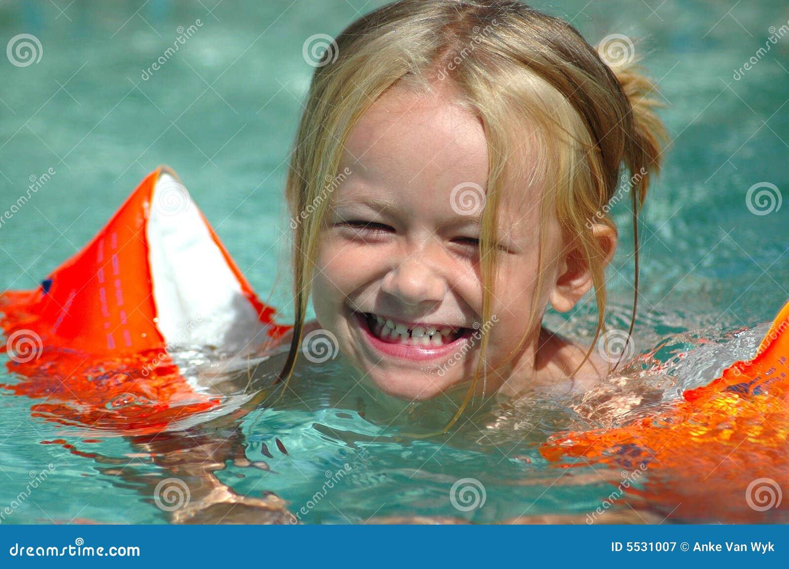 Menina pequena da piscina