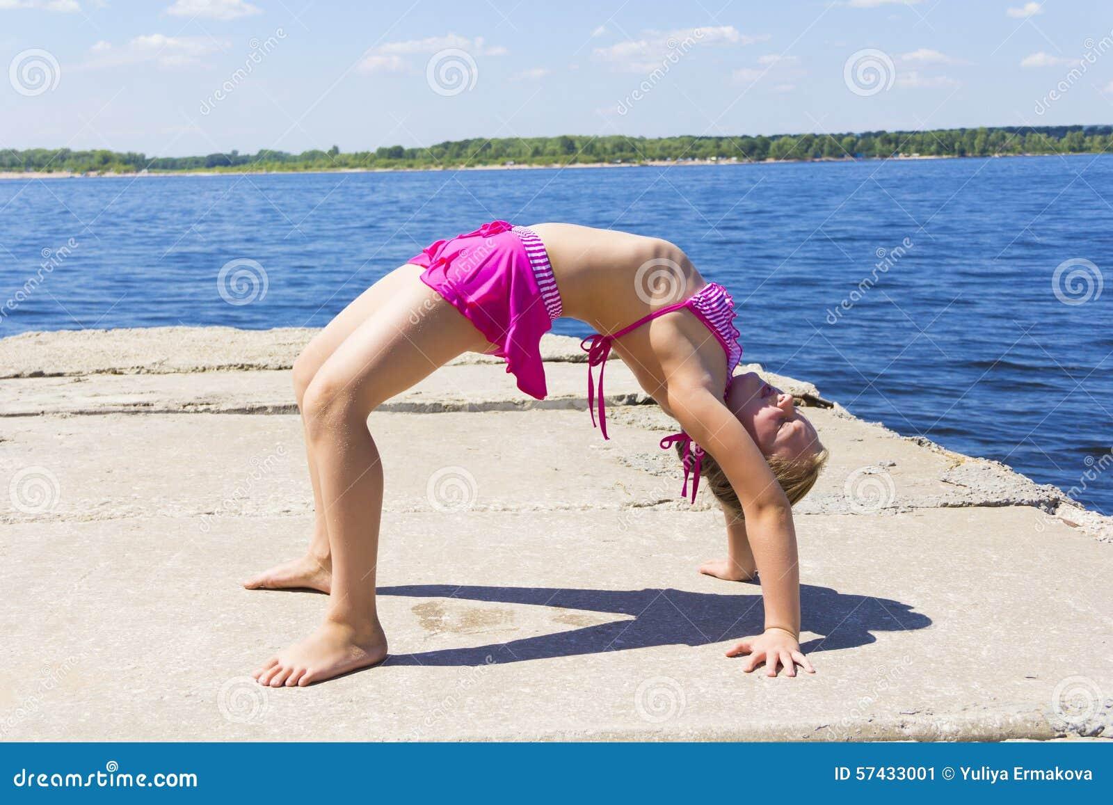 A menina pratica a ioga
