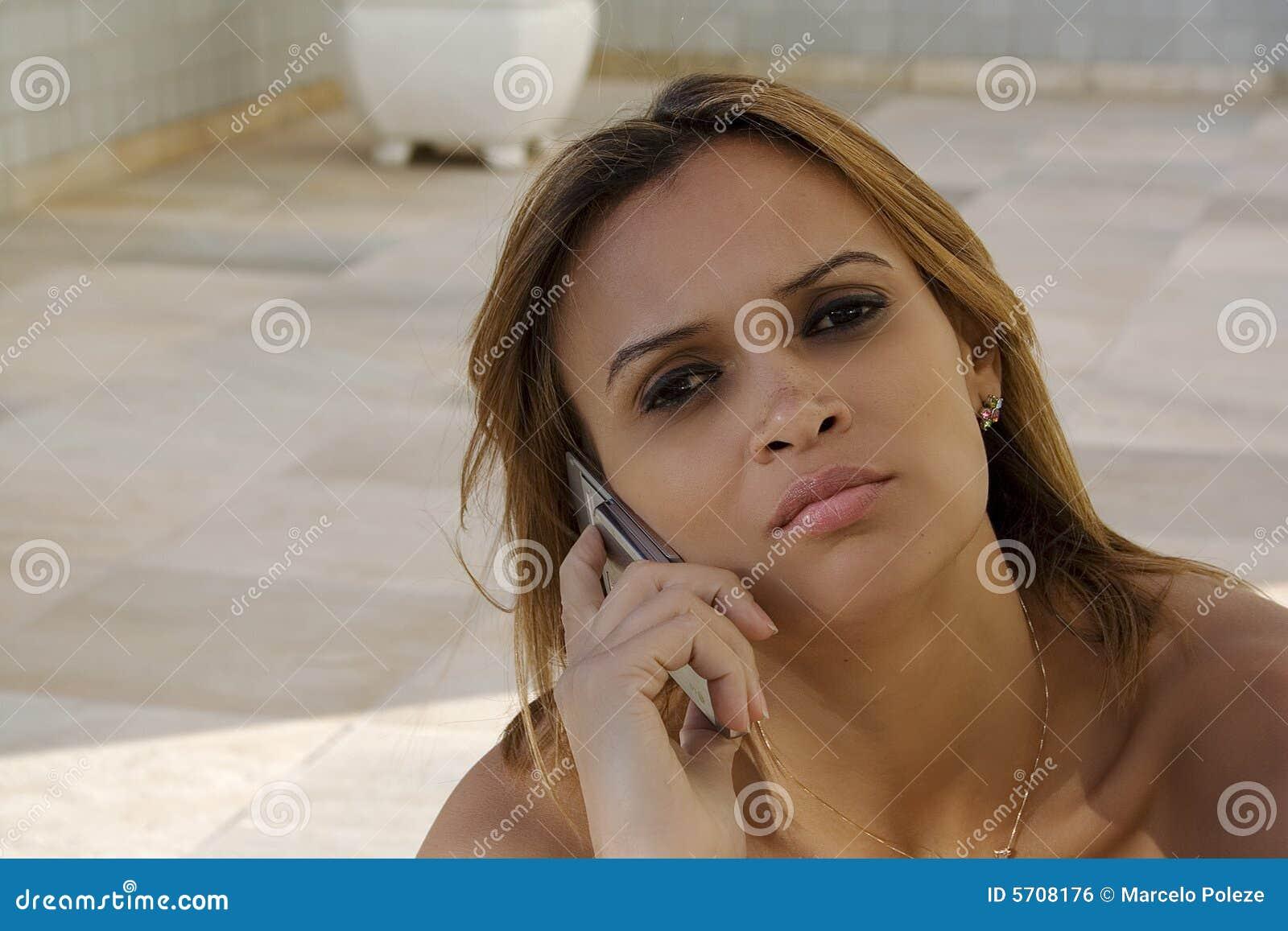 A menina preta fala no telemóvel