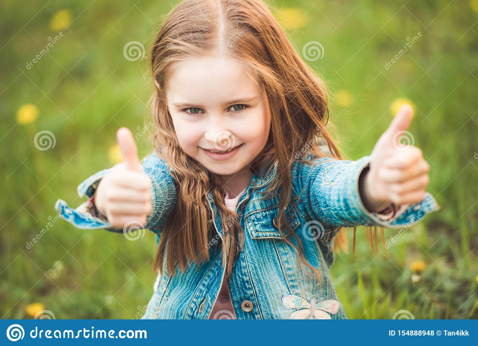 Menina preteen nova que gesticula sinais da mão