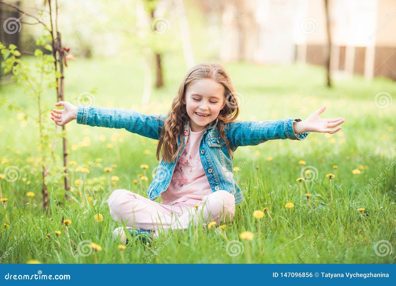 Menina preteen pequena que aprecia dias de verão