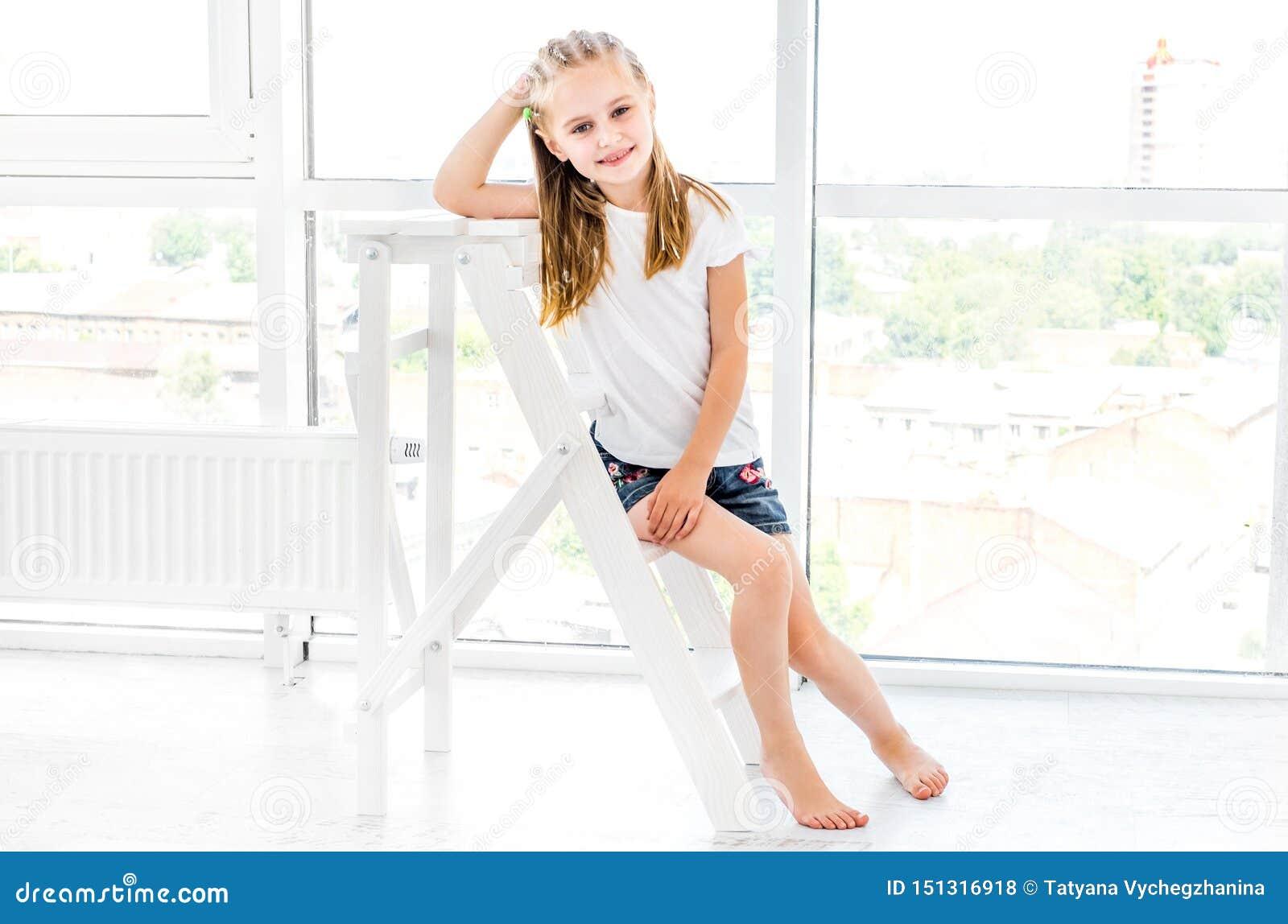 Menina Preteen que descansa na escada