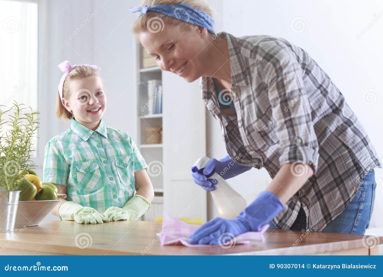 Menina pronta para ajudar sua limpeza da mãe