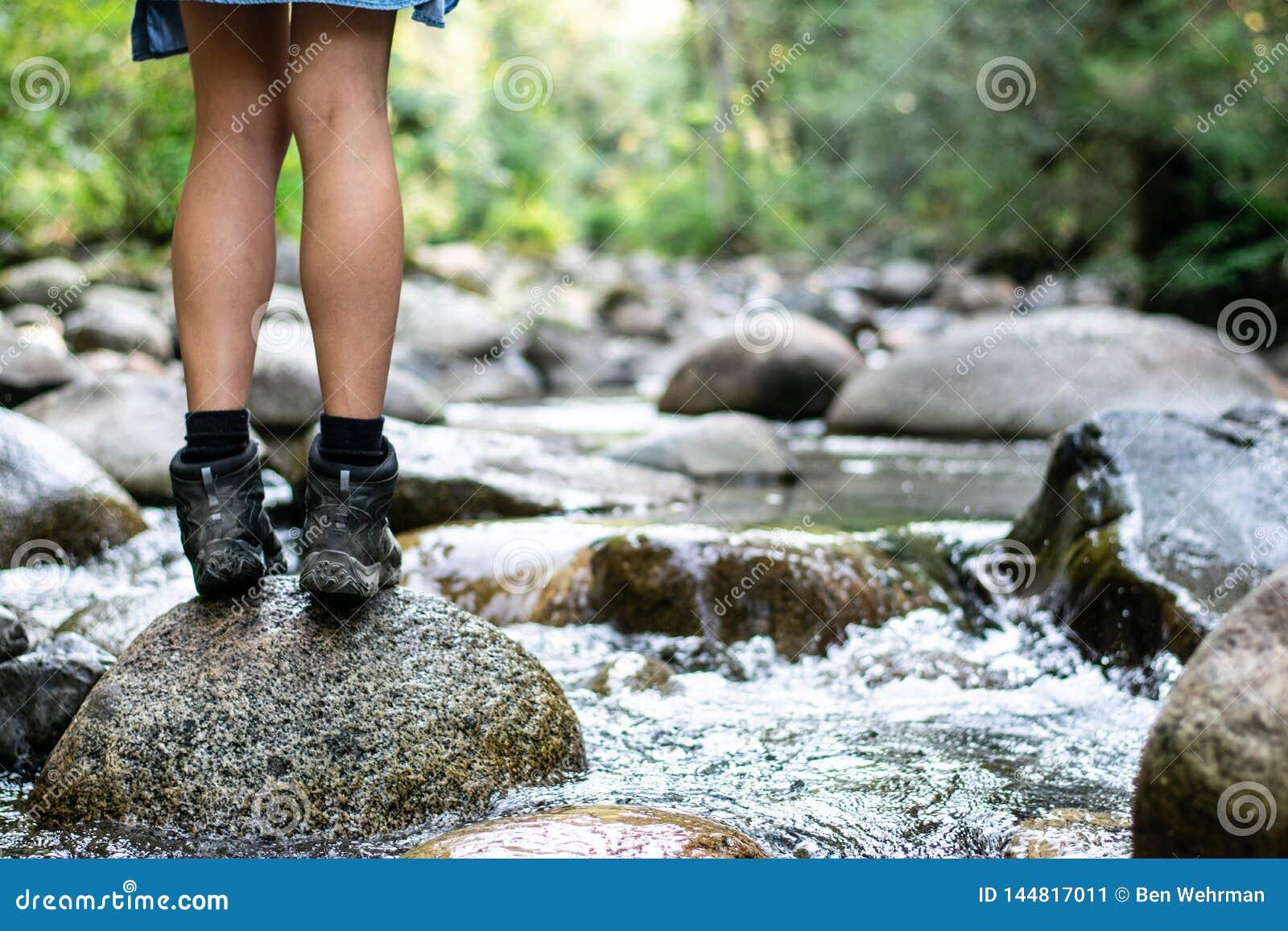Menina que caminha pelo rio