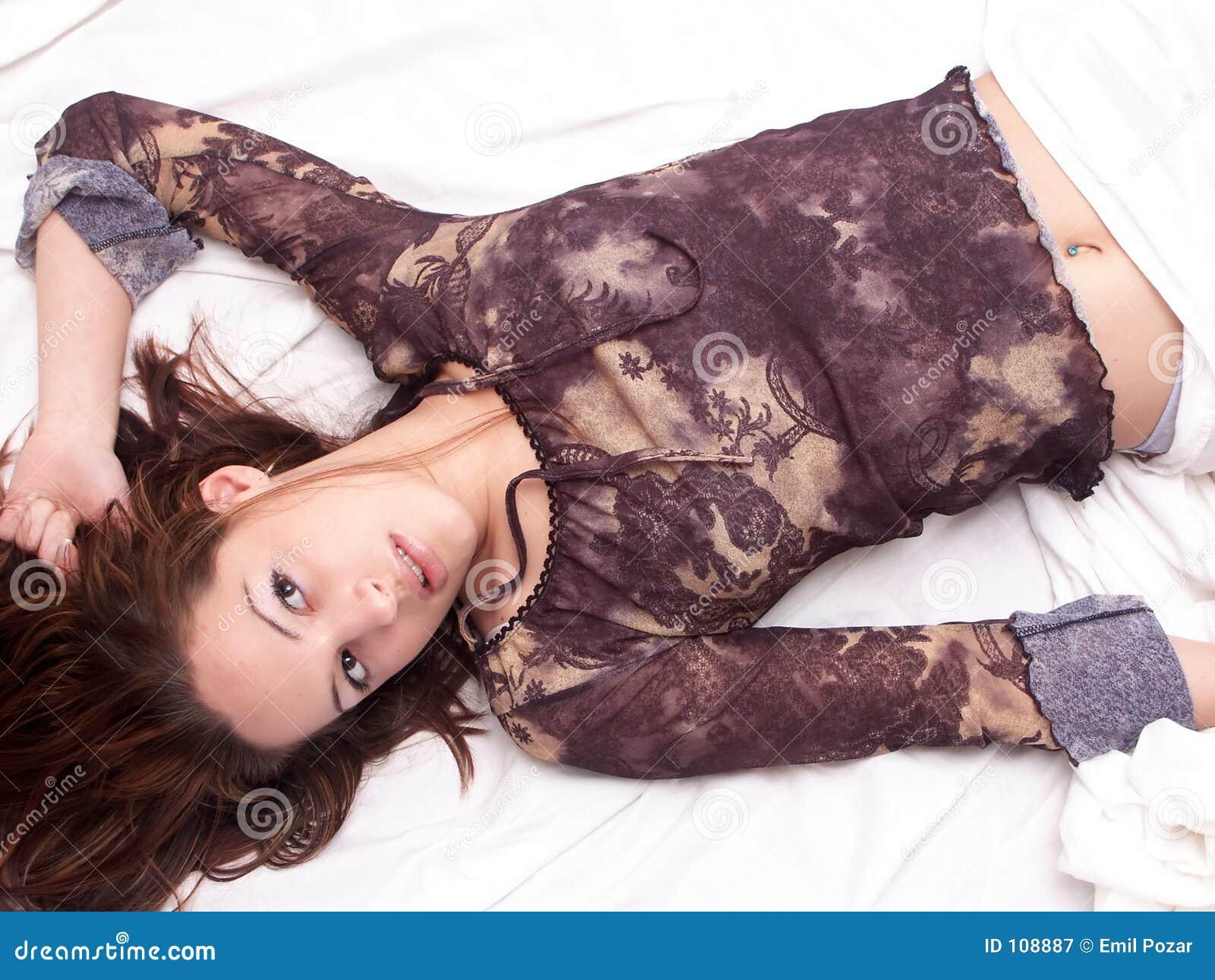 Menina que coloca na cama