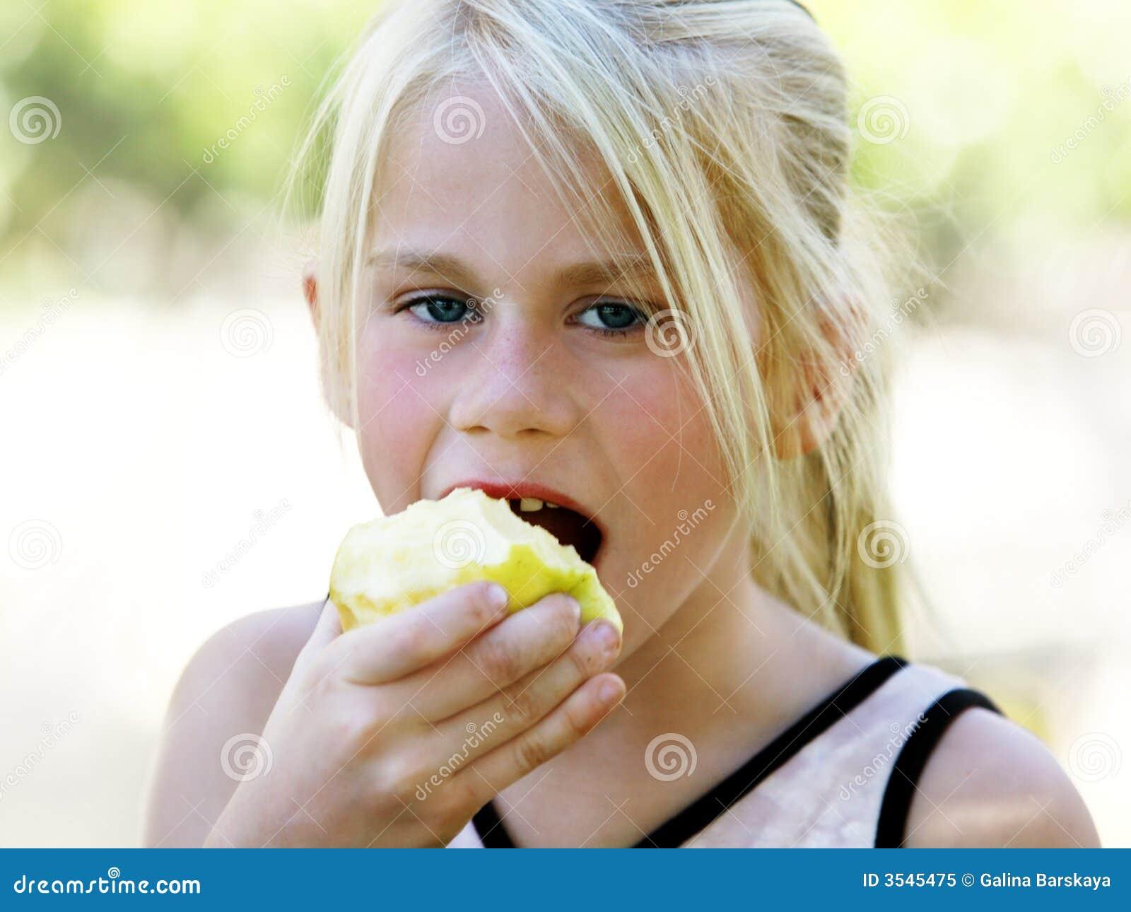 Menina que come a maçã