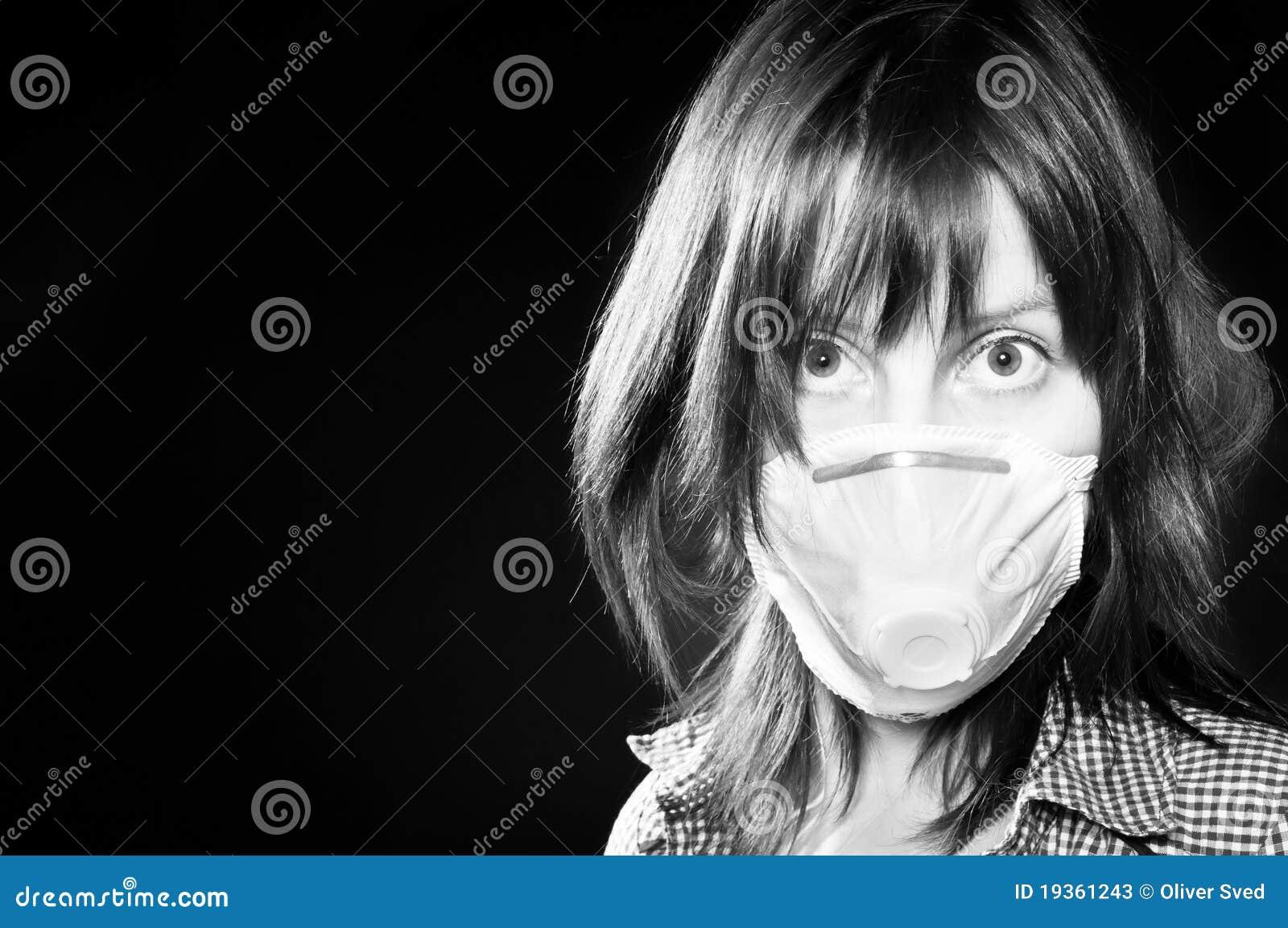 Menina que desgasta a máscara protetora