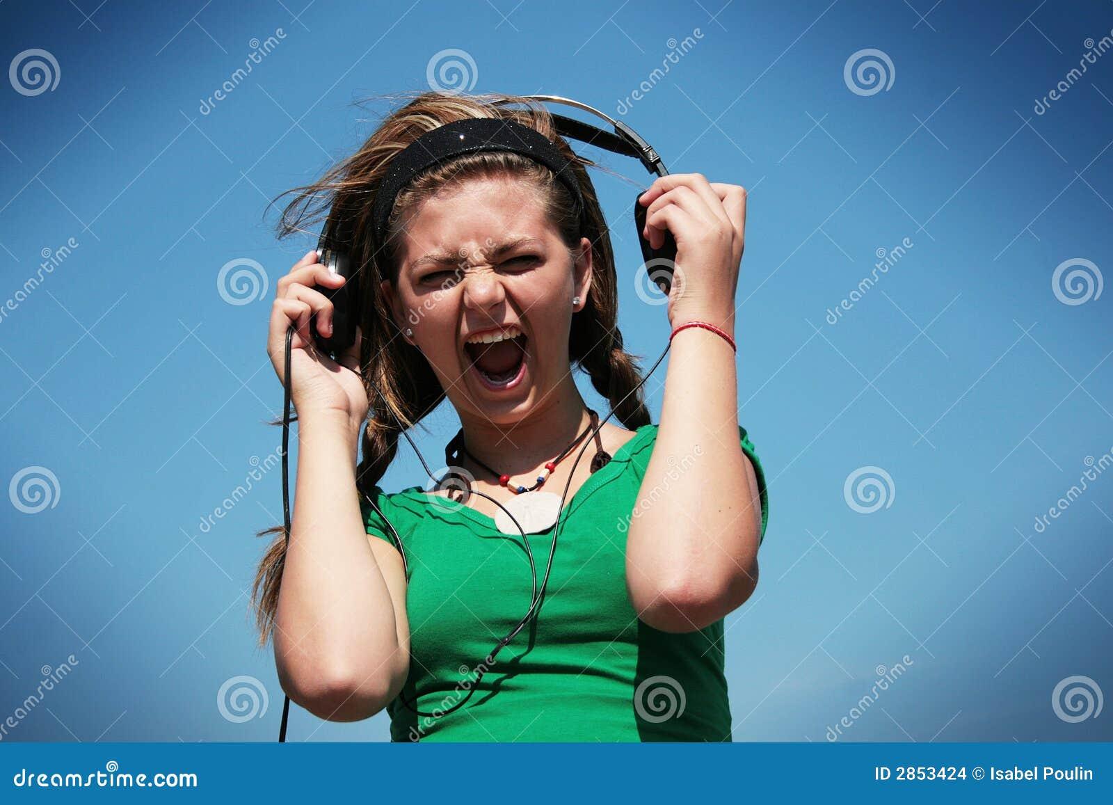 4fa96ac0f7e Menina Que Desgasta O Fone De Ouvido Demasiado Alto Foto de Stock ...