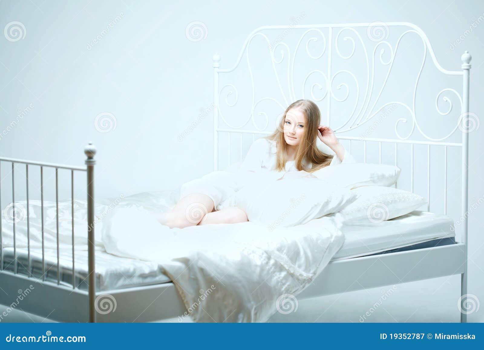 Menina que encontra-se na cama