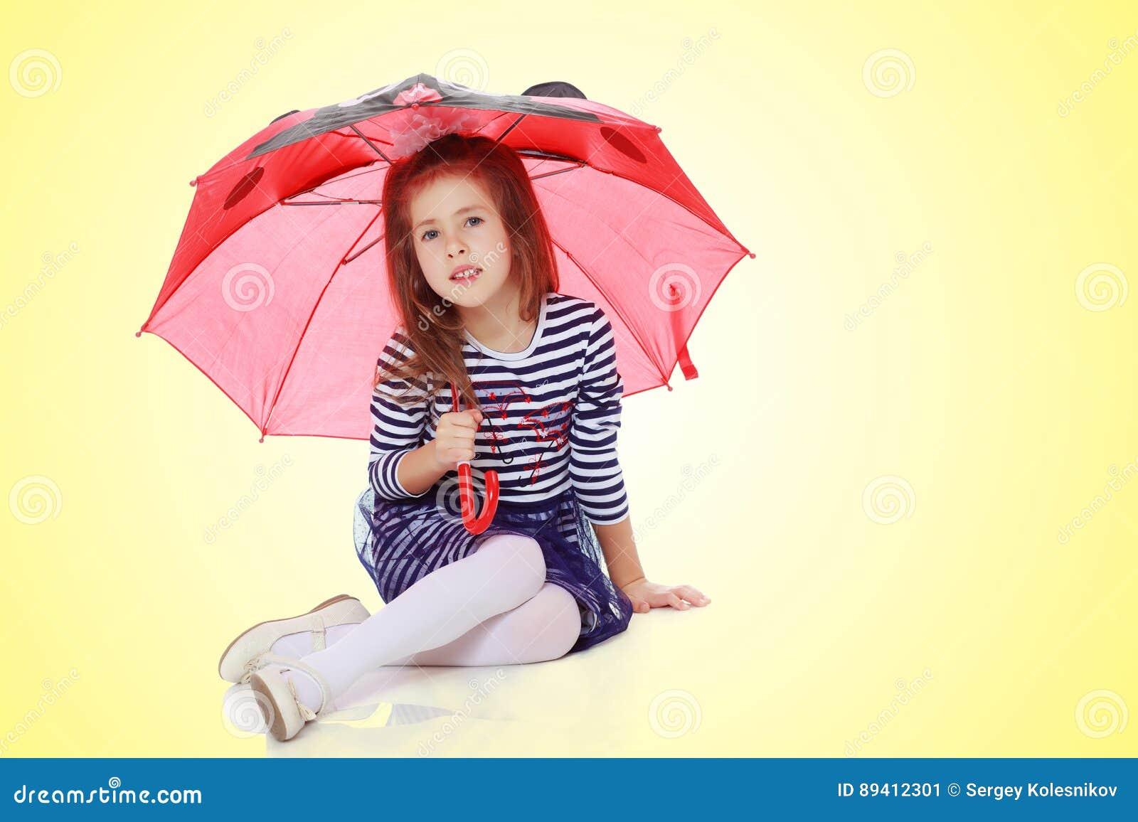Menina que esconde sob um guarda-chuva