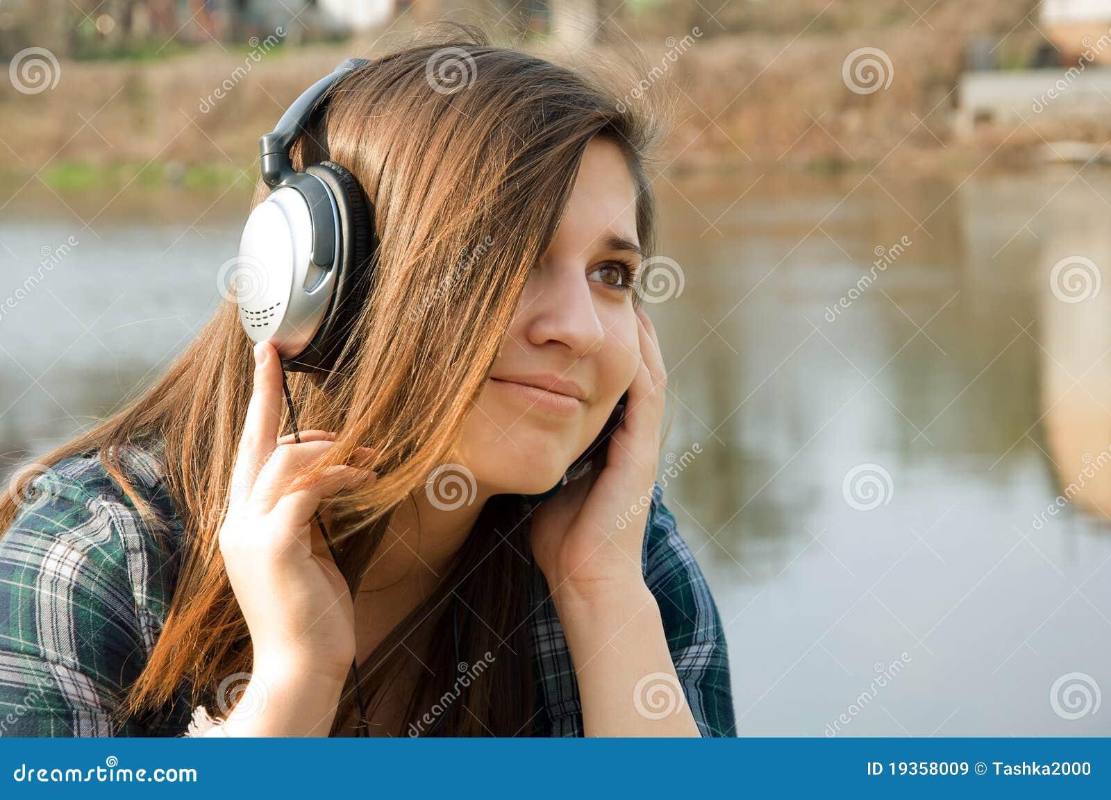 Menina que escuta a música