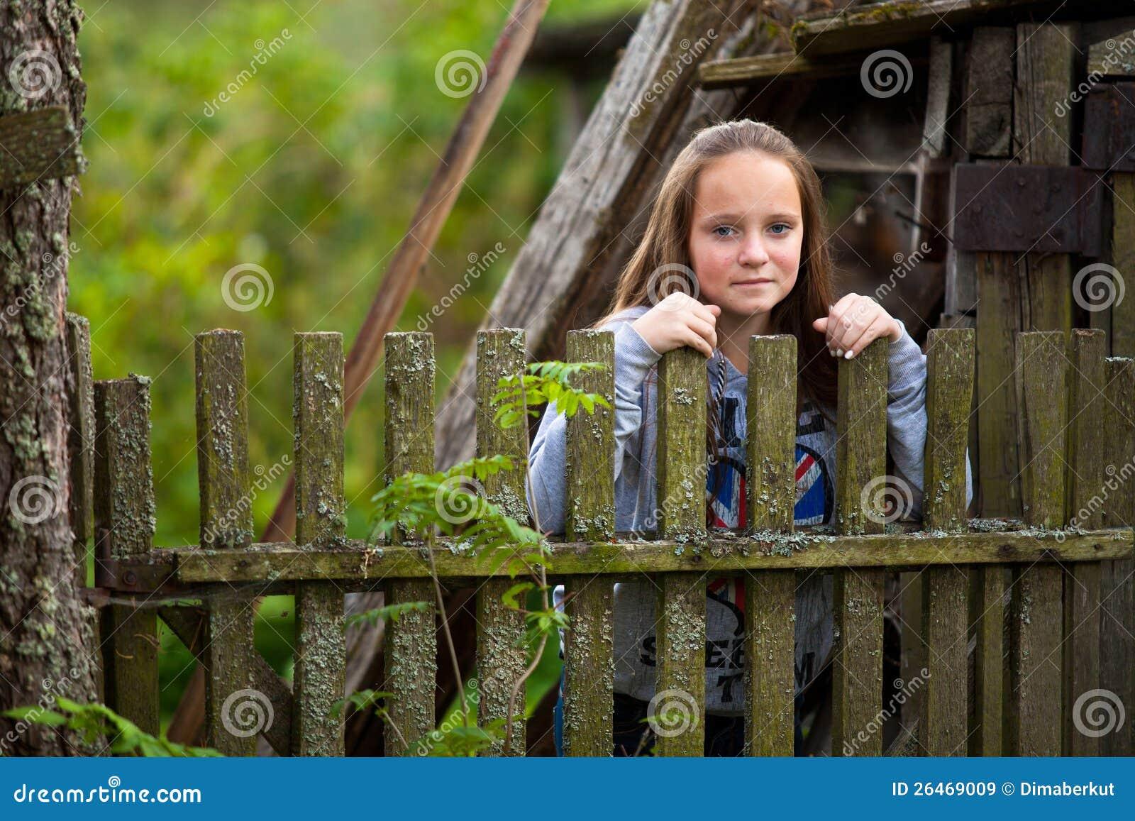 Menina que está a cerca rural do vintage próximo