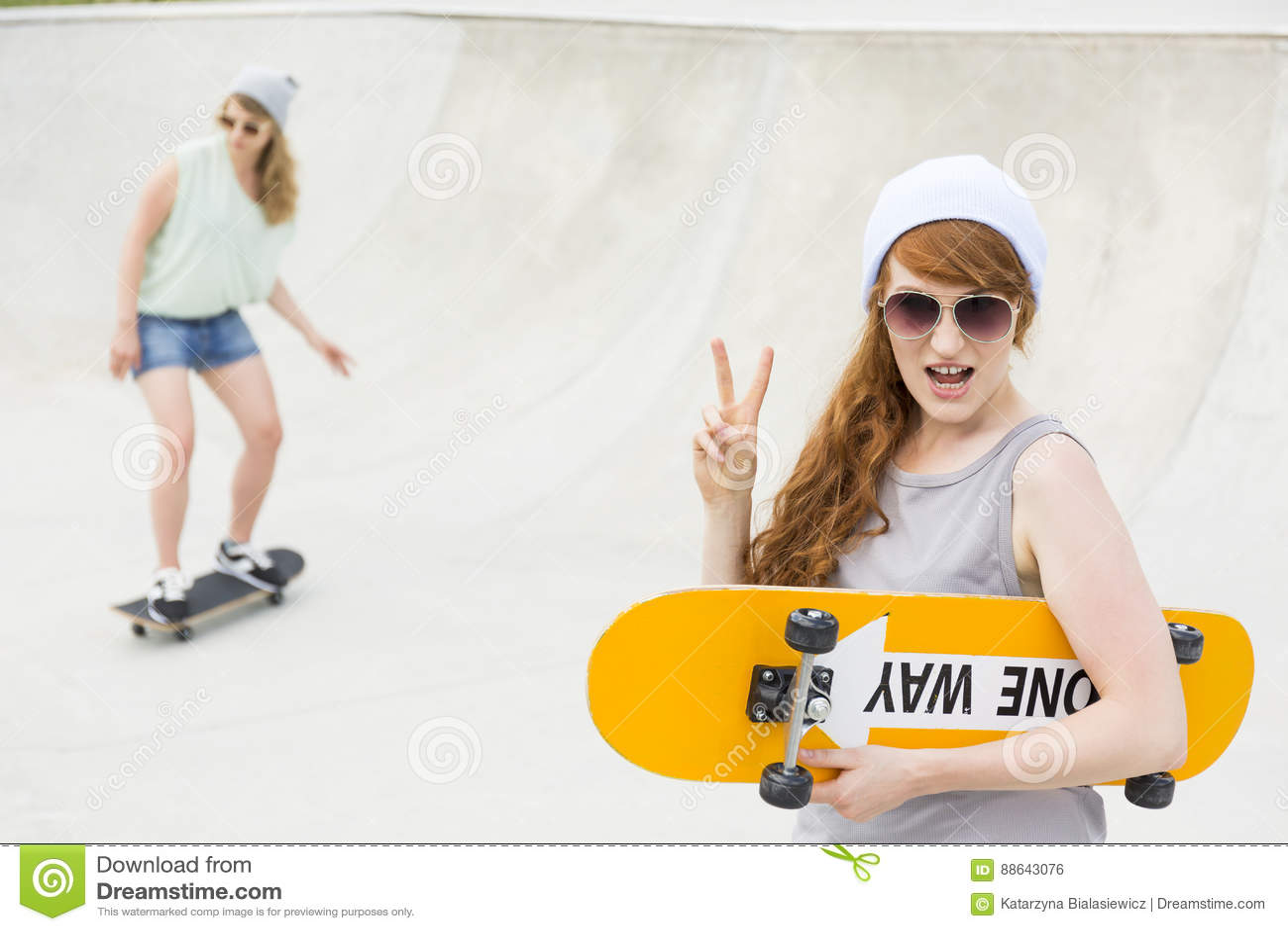 Menina que está com o skate