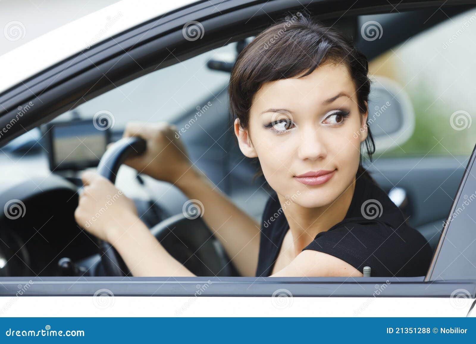 Menina que estaciona um carro