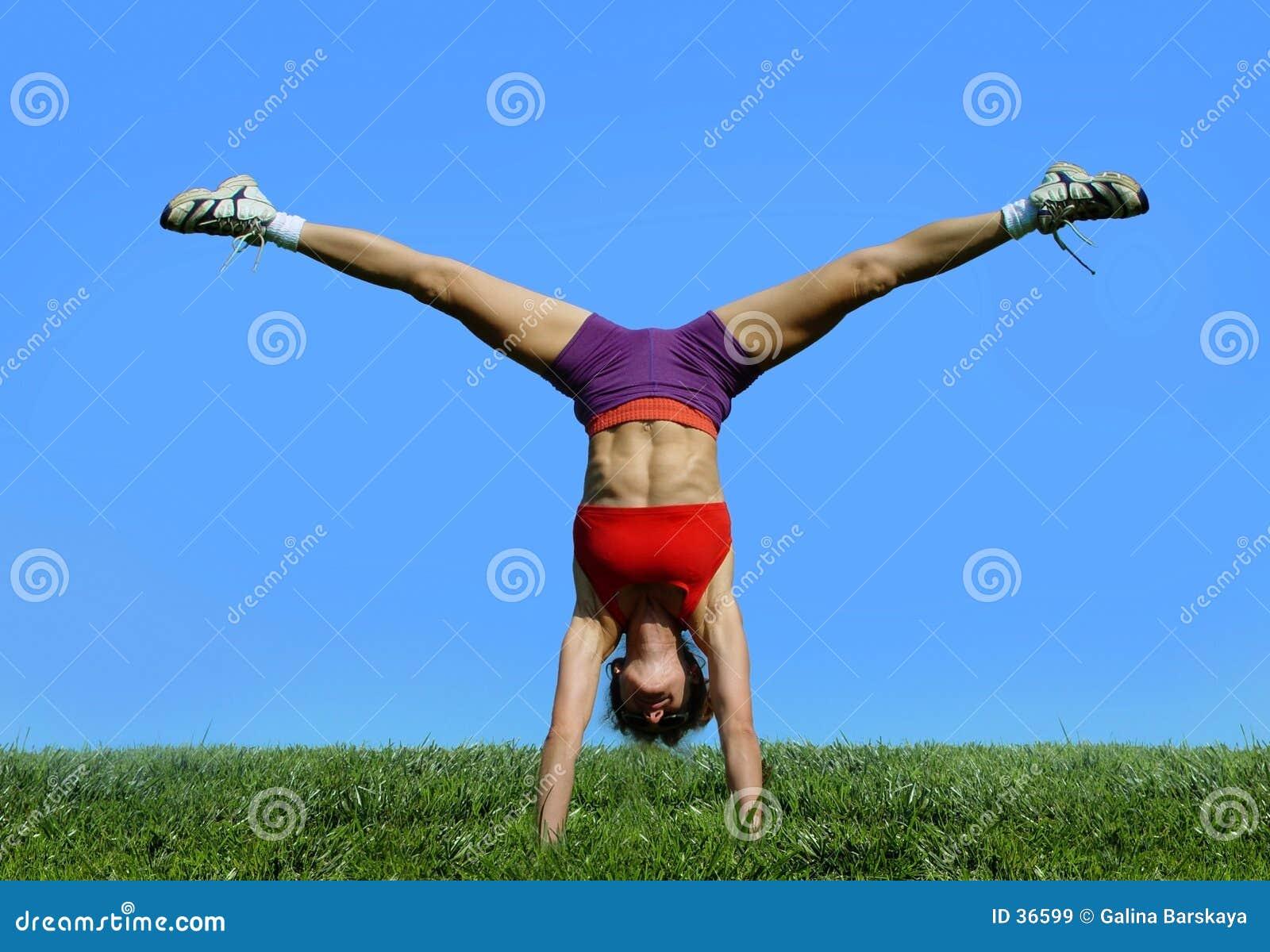 Menina que exercita ao ar livre