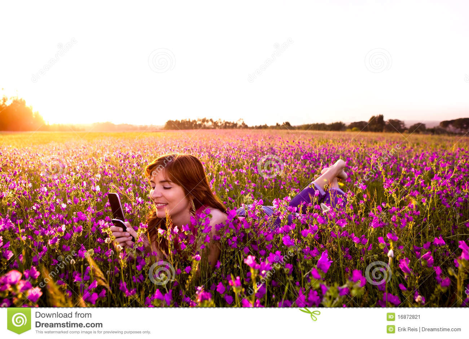 Menina que fala no telemóvel