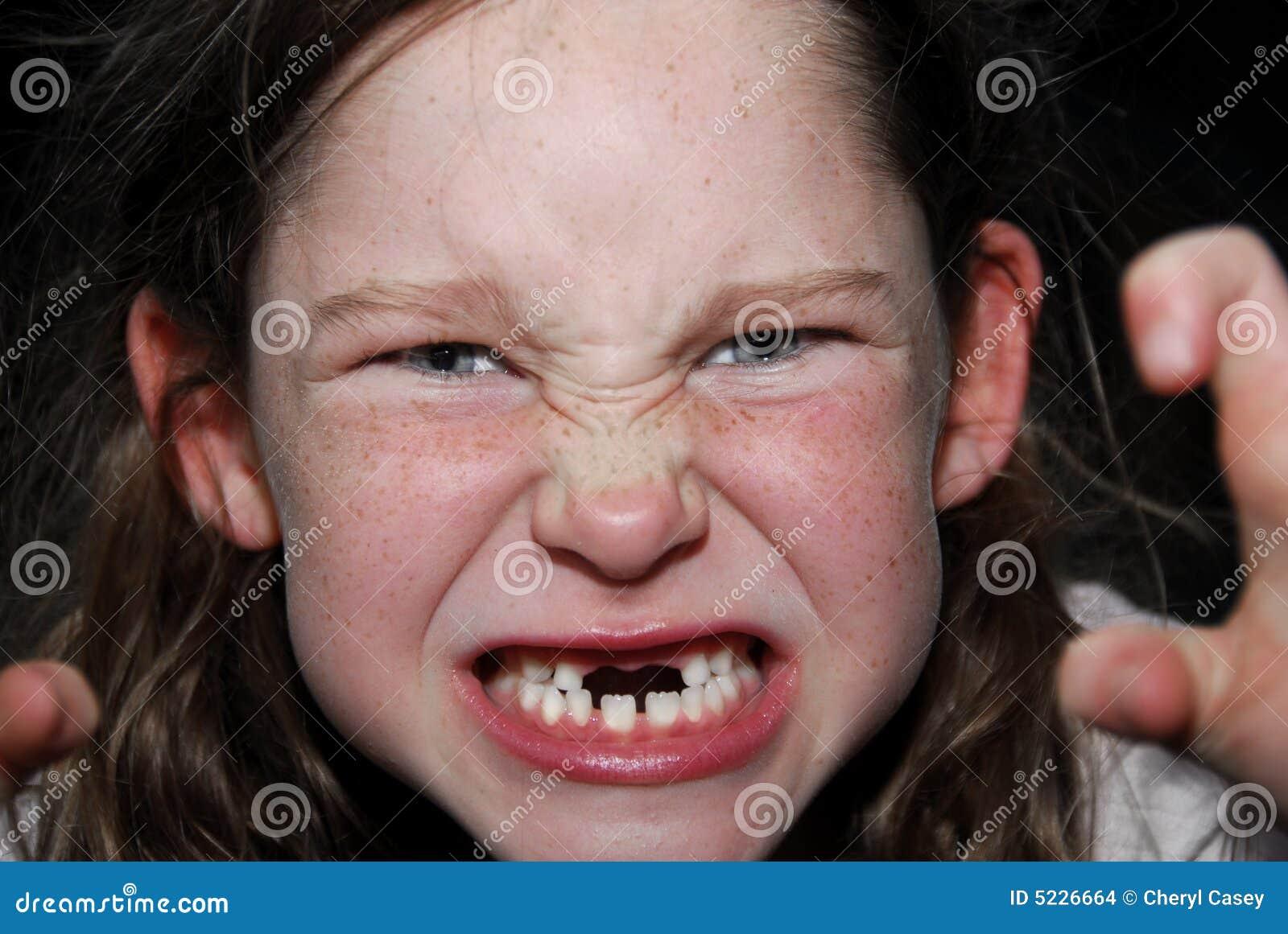 Menina que faz a face assustador