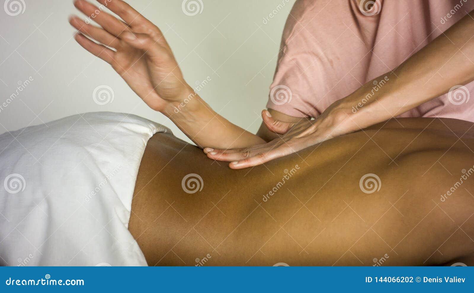 Menina que faz massagens a parte traseira do noivo
