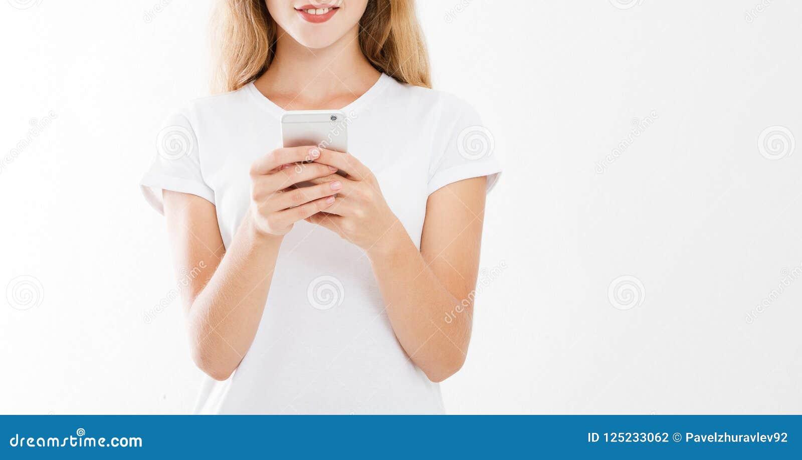 Menina que guarda o telefone celular, mulher com smartphone Anunciando o conceito Copie o espaço Zombaria acima blank