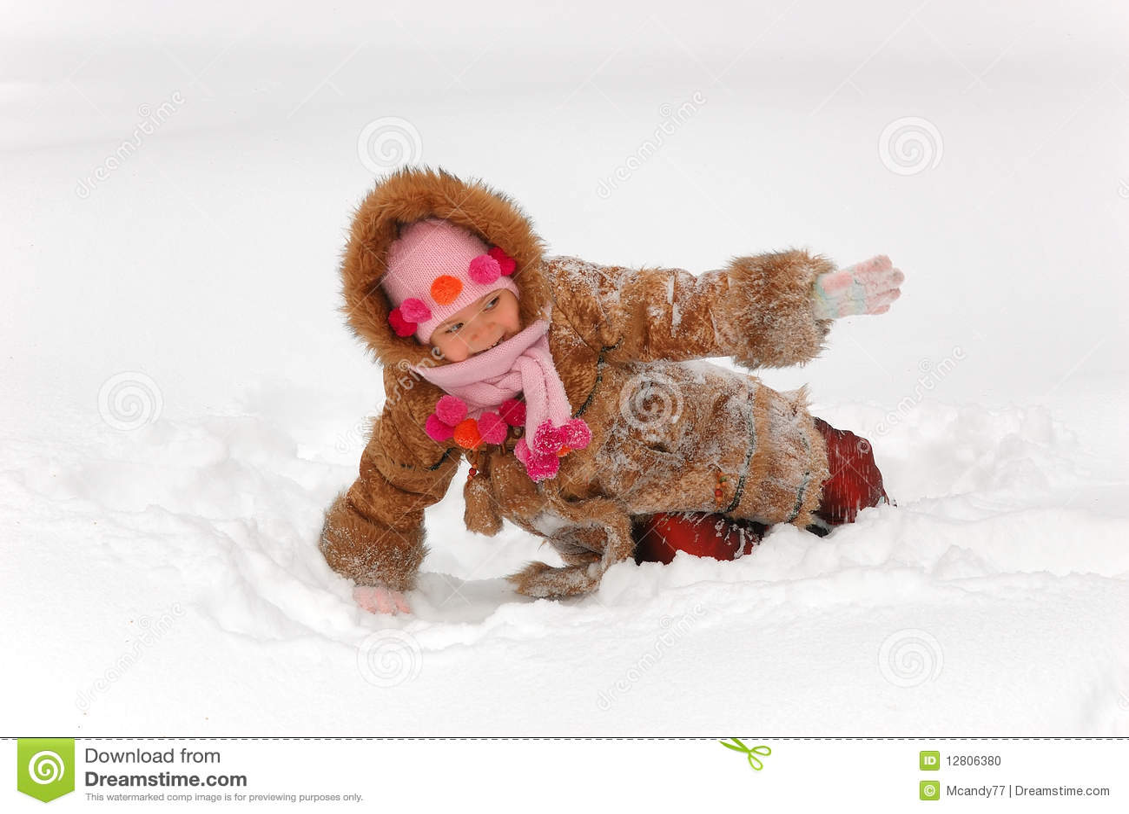 Menina que joga à neve