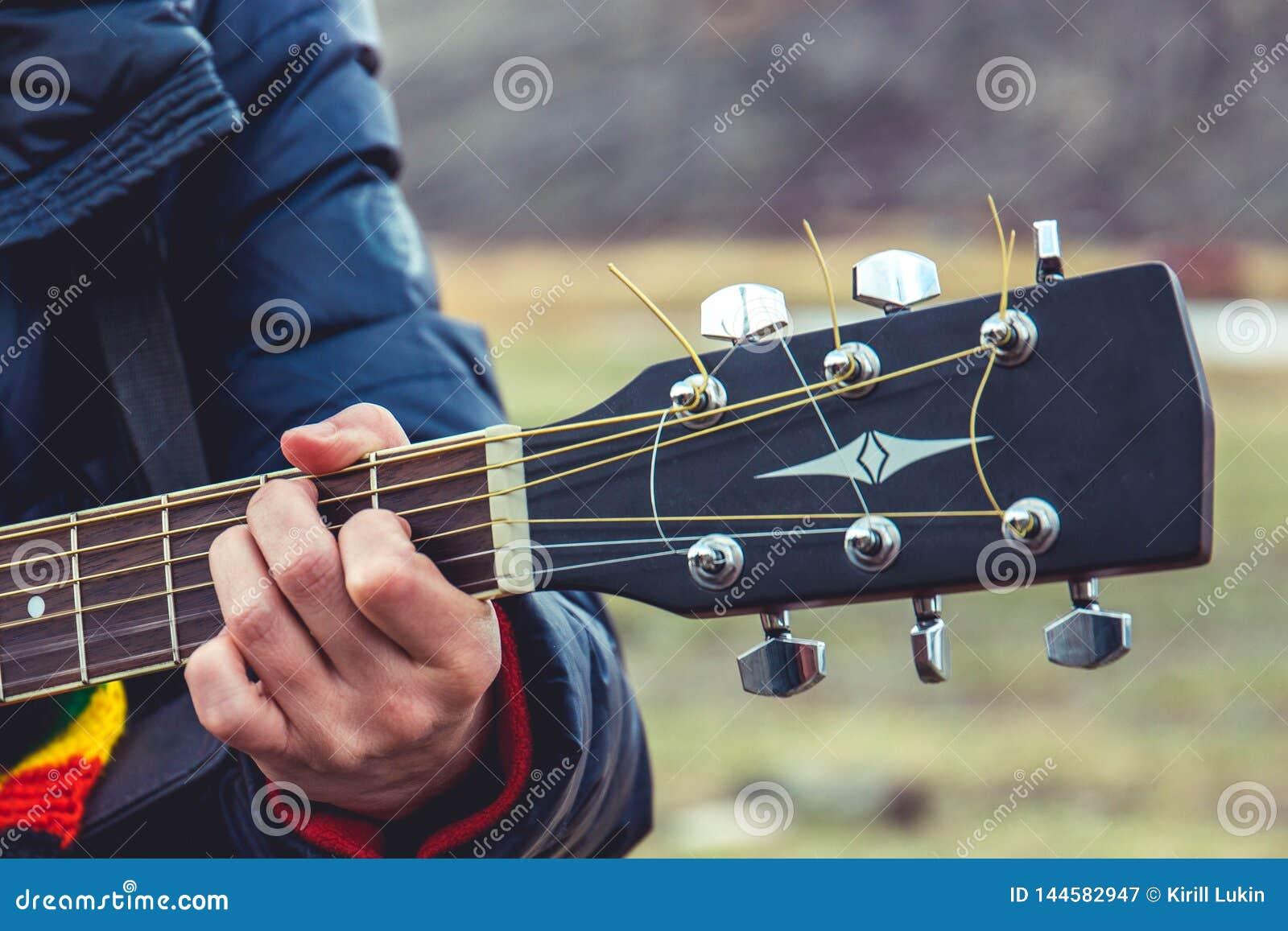 Menina que joga a guitarra