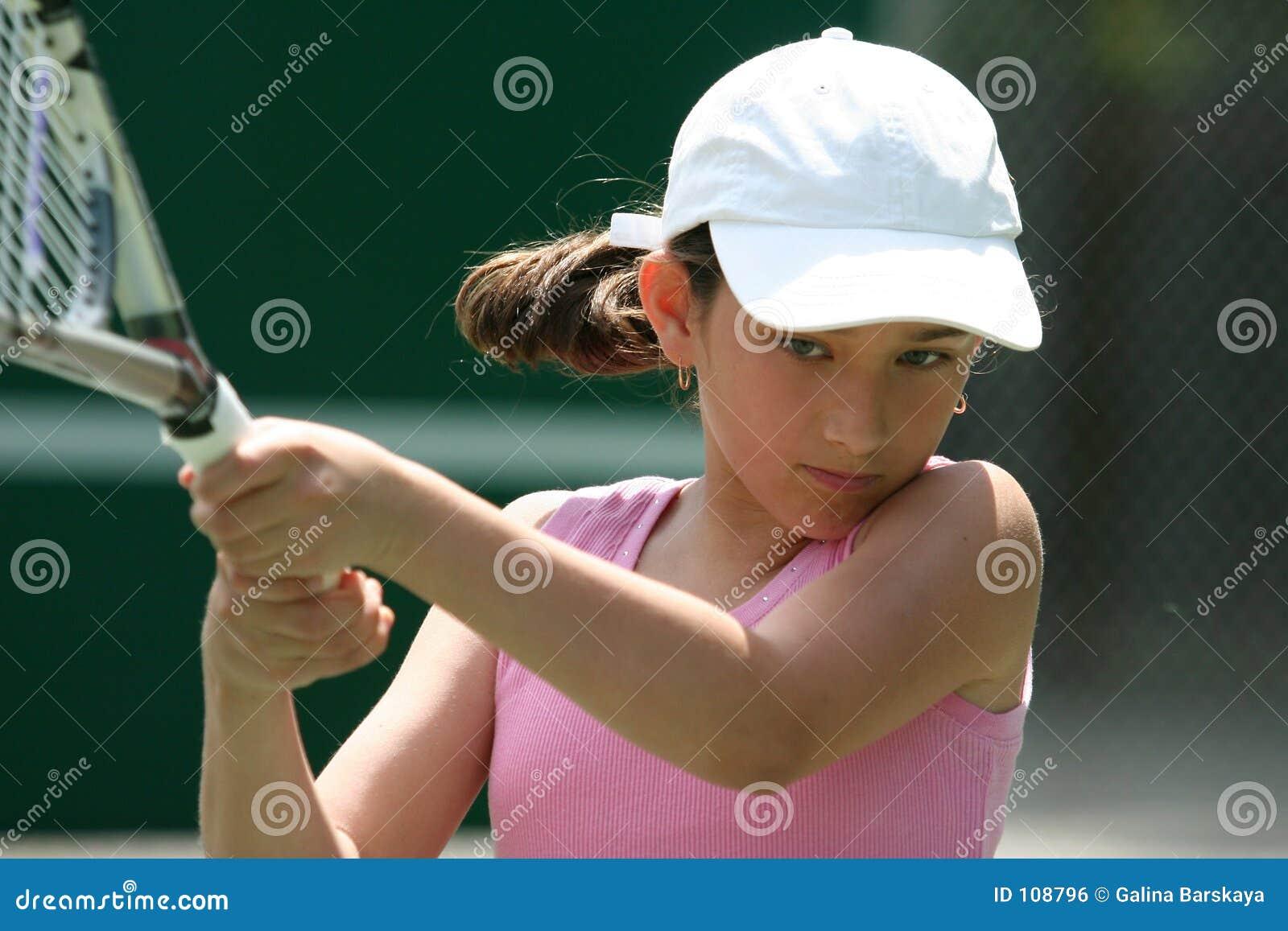 Menina que joga o tênis