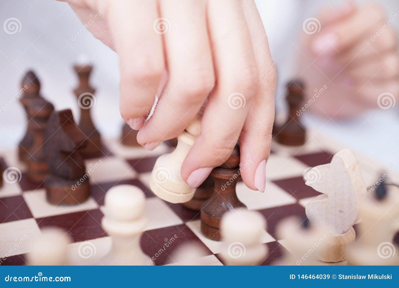 Menina que joga a xadrez