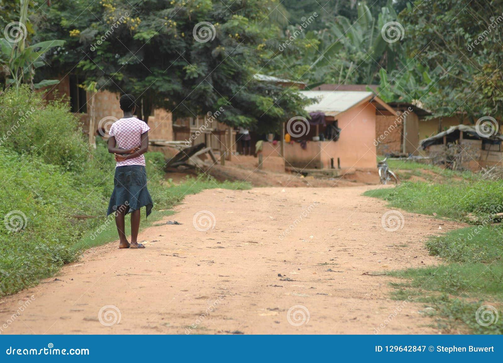 Menina que olha abaixo da estrada de terra, Gana