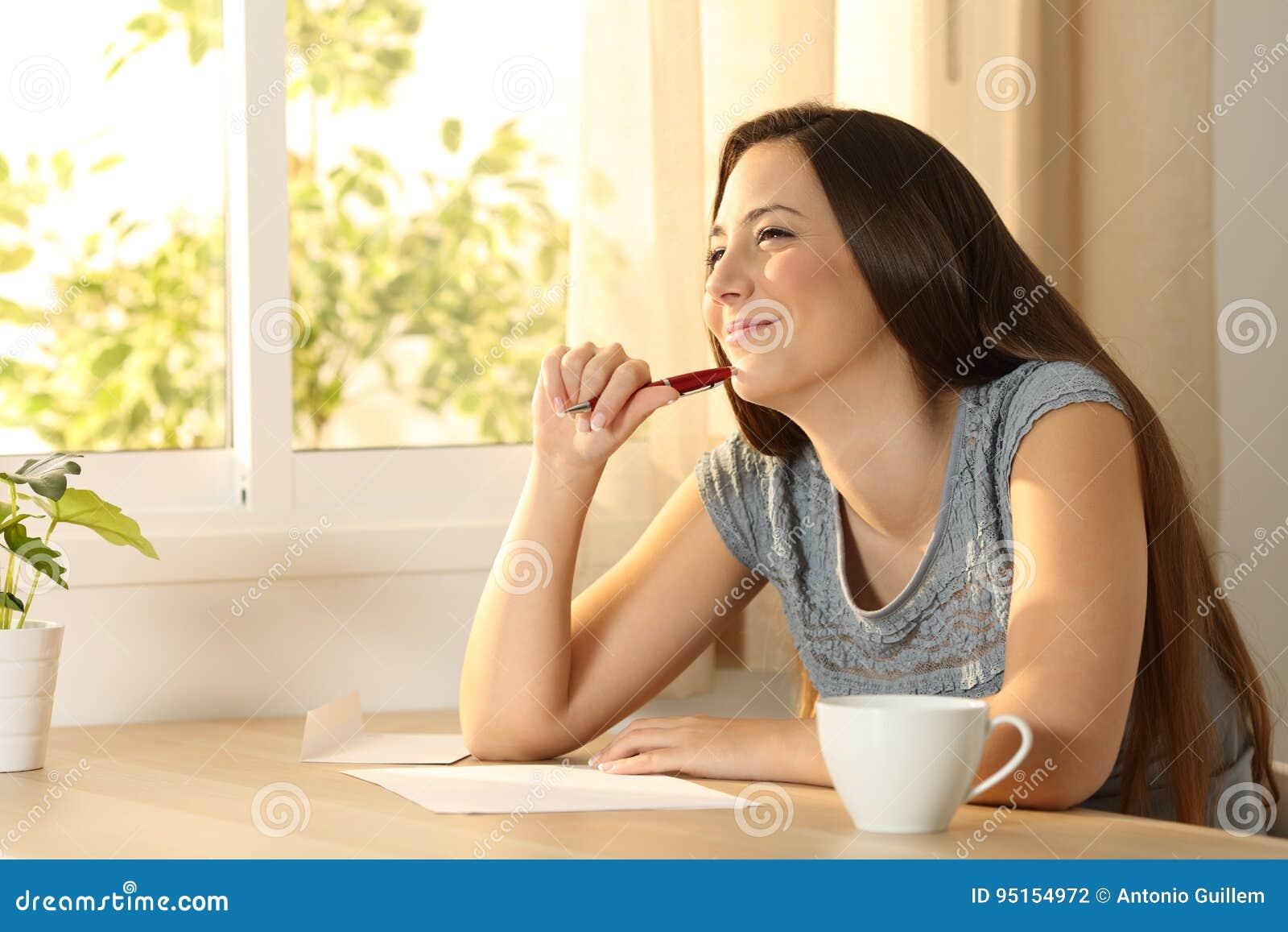 Menina que pensa antes de escrever uma letra