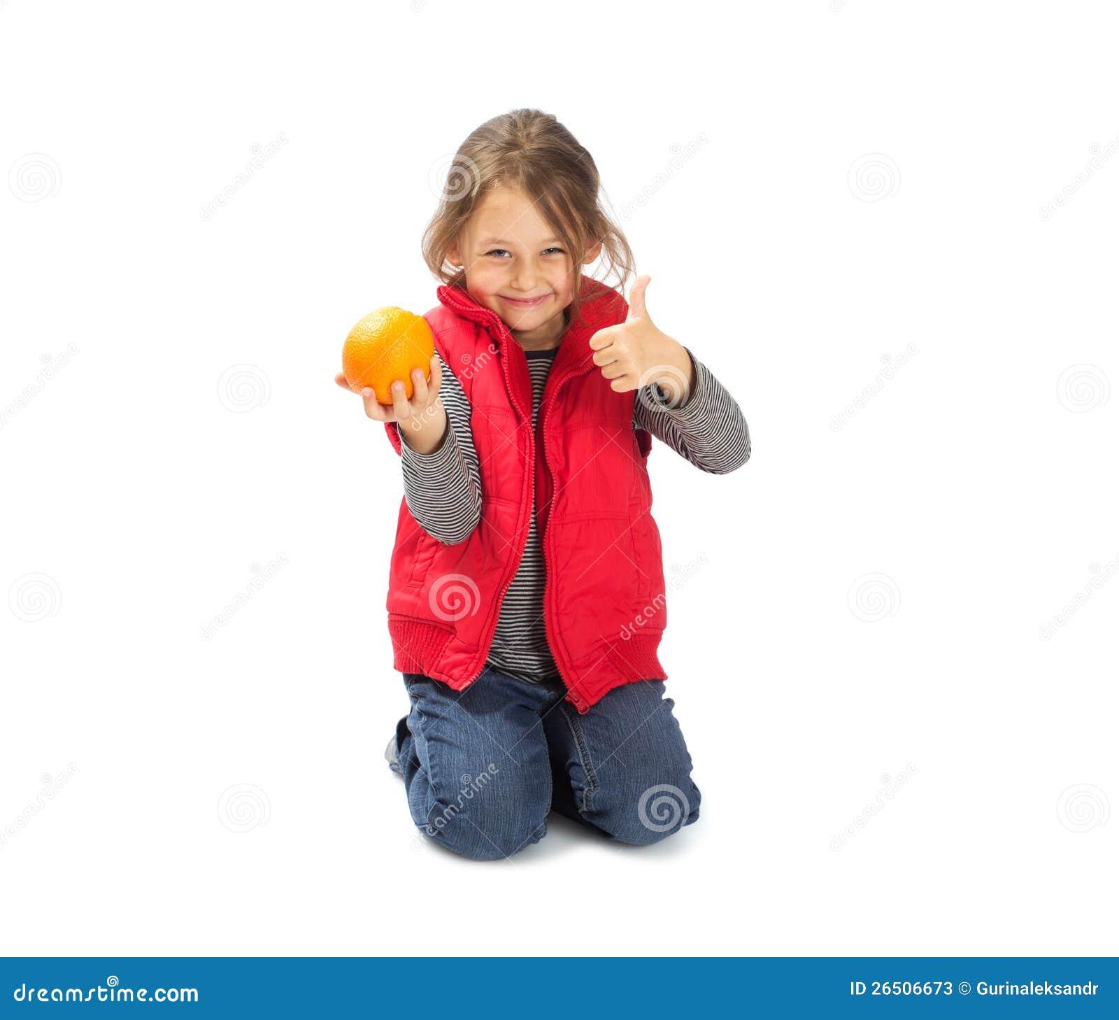 Menina que prende uma laranja
